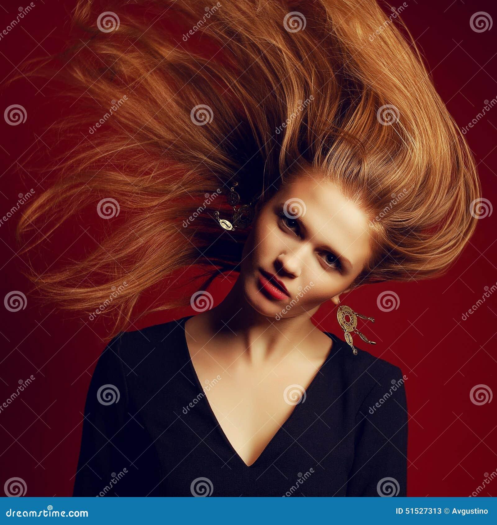 Muchacha pelirroja hermosa (del jengibre) con el pelo del vuelo