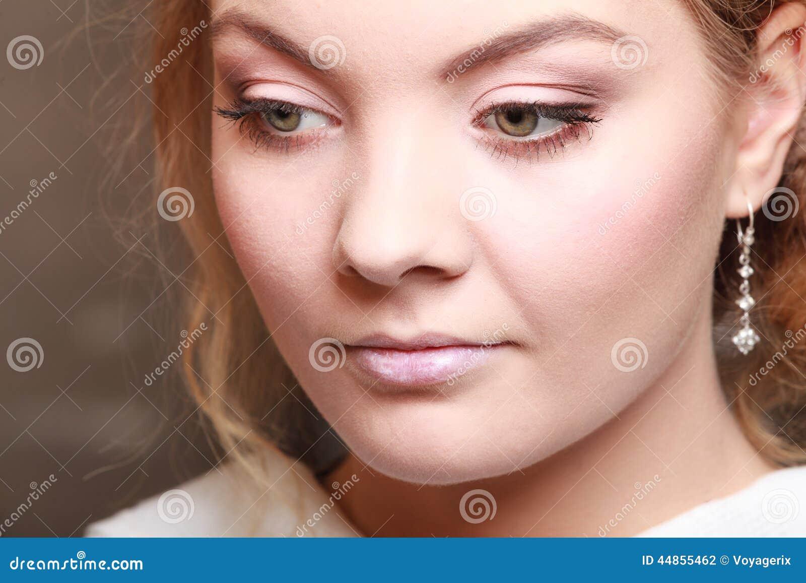 Muchacha pensativa pensativa hermosa de la mujer joven del retrato