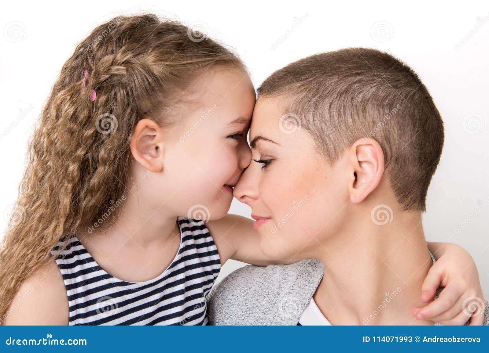 Muchacha preescolar linda con su madre, enfermo de cáncer joven de la edad en la remisión Ayuda del enfermo de cáncer y de la fam