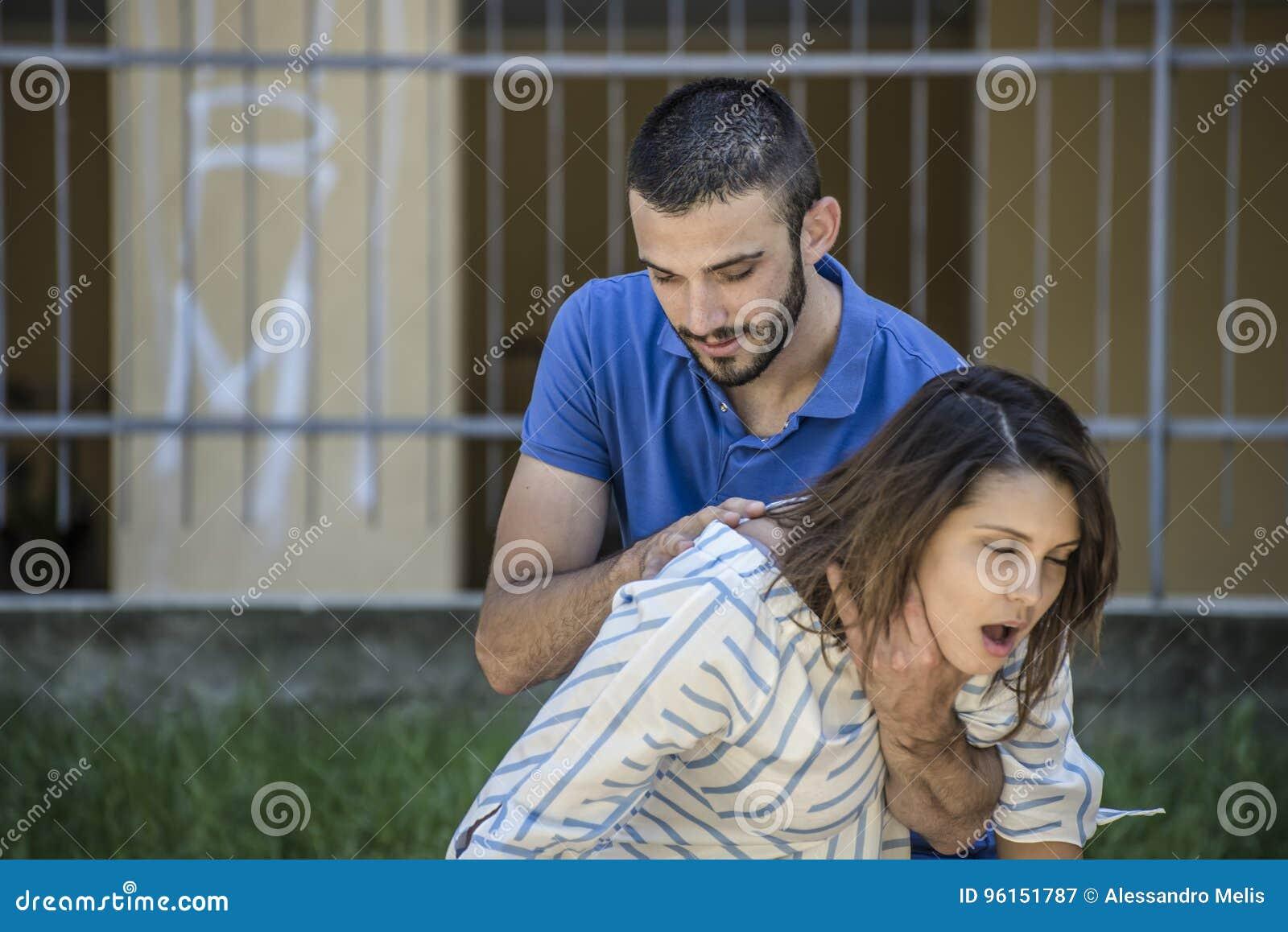 Muchacha que busca ayuda mientras que she& x27; s que obstruye durante la alimentación
