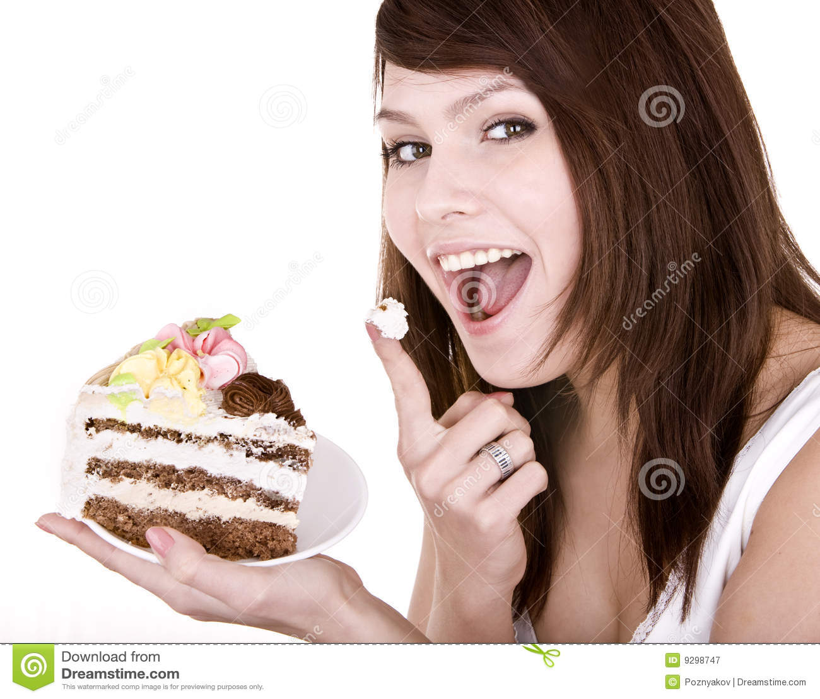 Muchacha que come el pedazo de torta.