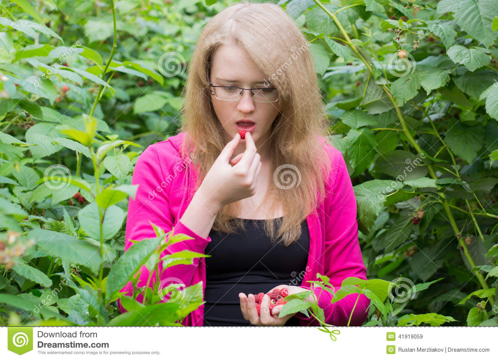 Muchacha que come las frambuesas