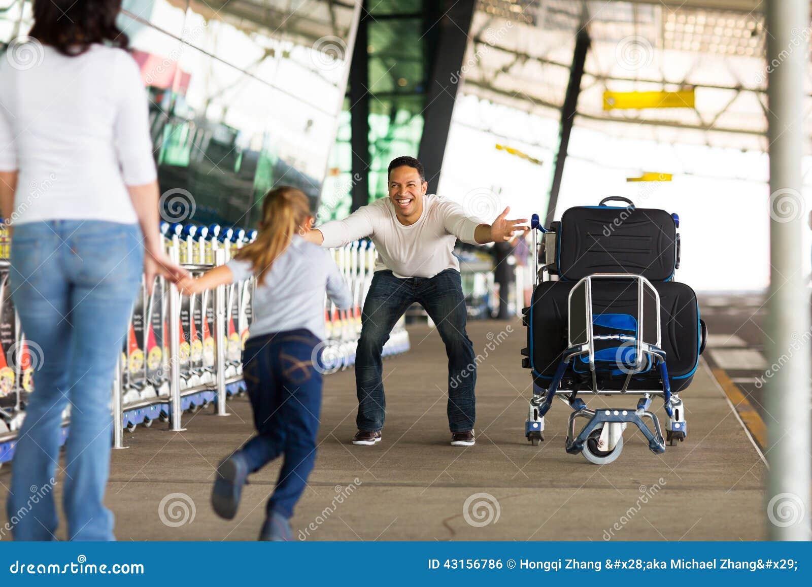 Muchacha que corre para engendrar el aeropuerto