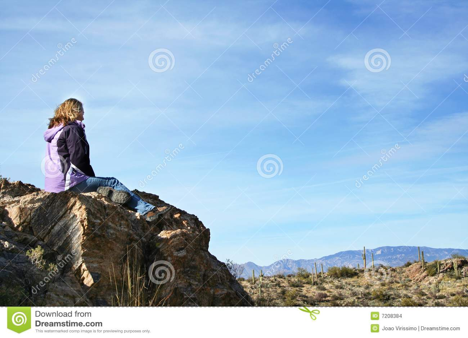 Muchacha que disfruta de la opinión del desierto