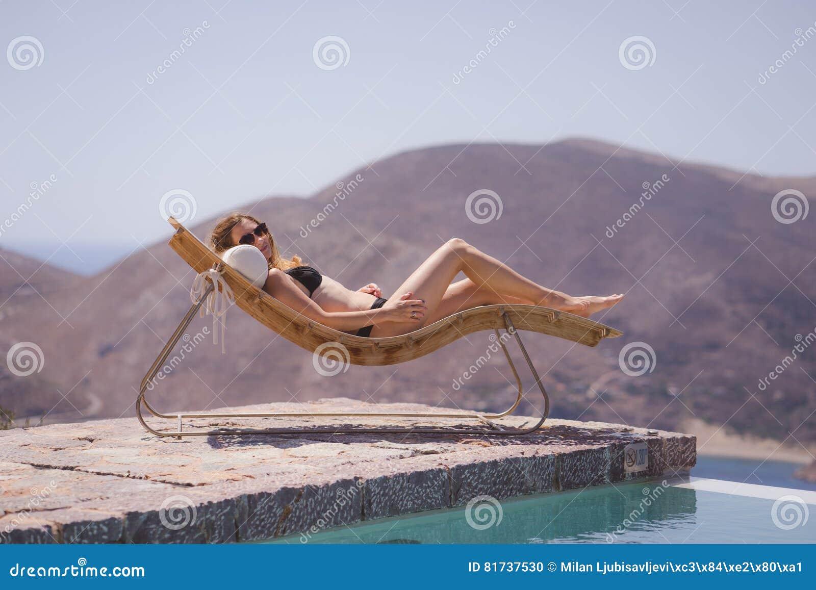 Muchacha que disfruta de verano en piscina
