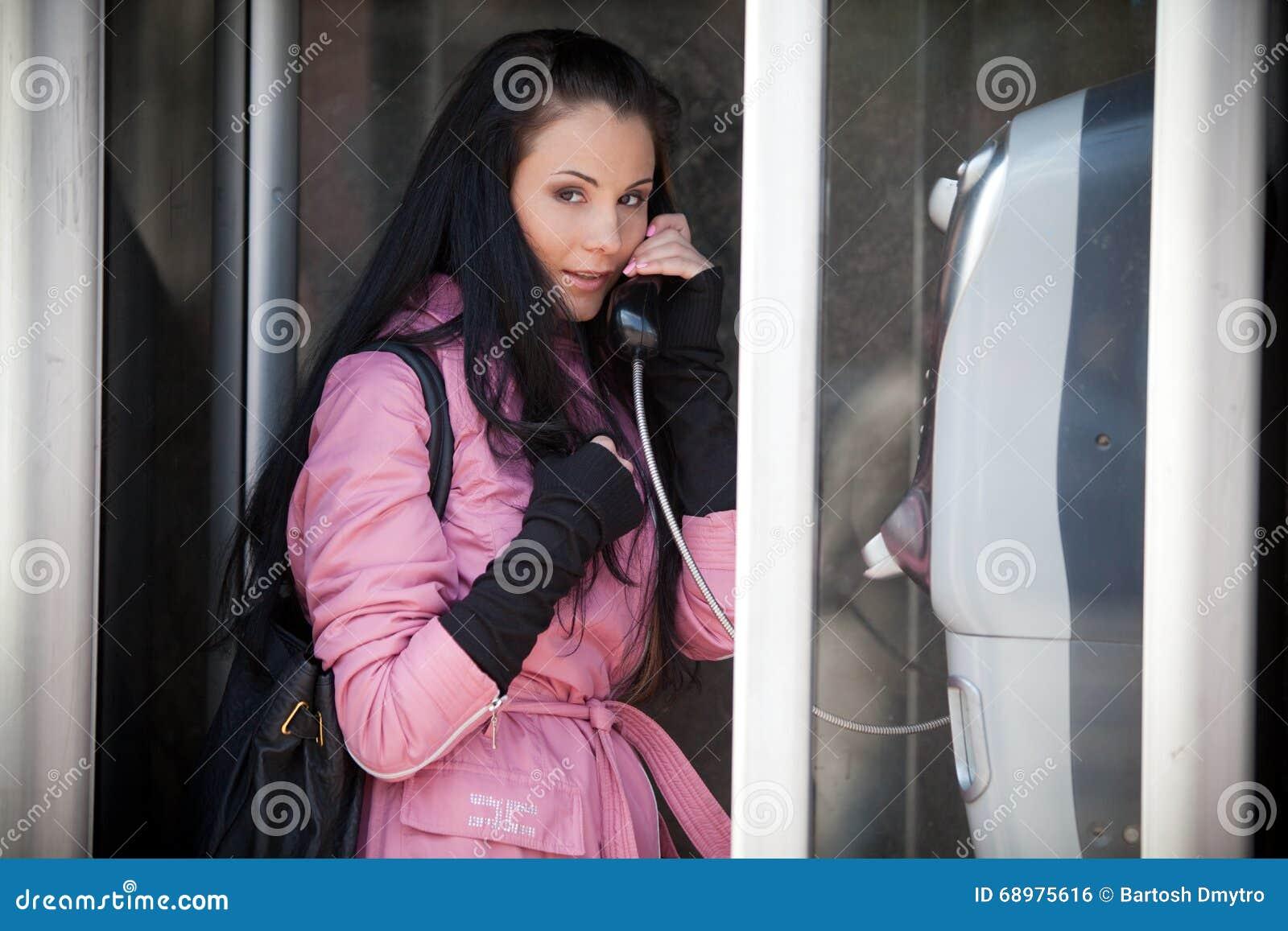 Muchacha que habla en el teléfono