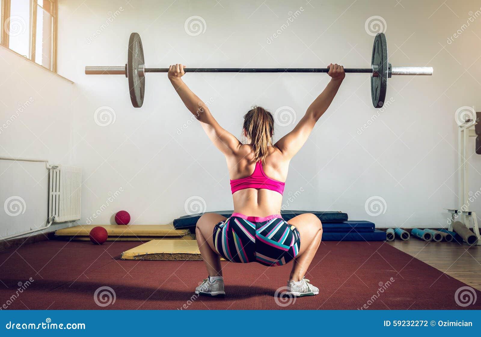 Download Muchacha Que Hace Posiciones En Cuclillas Con El Peso Foto de archivo - Imagen de club, abdomen: 59232272