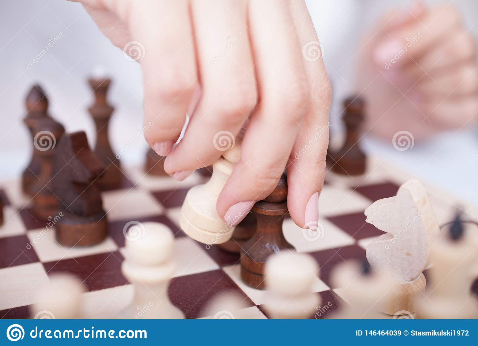 Muchacha que juega a ajedrez