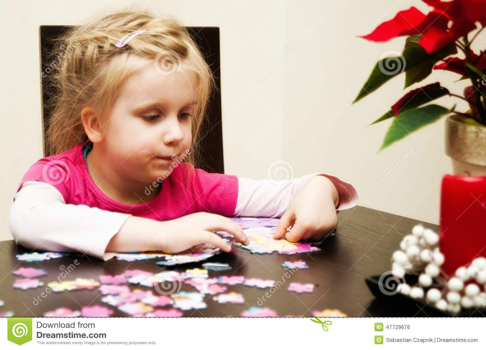 Muchacha que juega con el rompecabezas