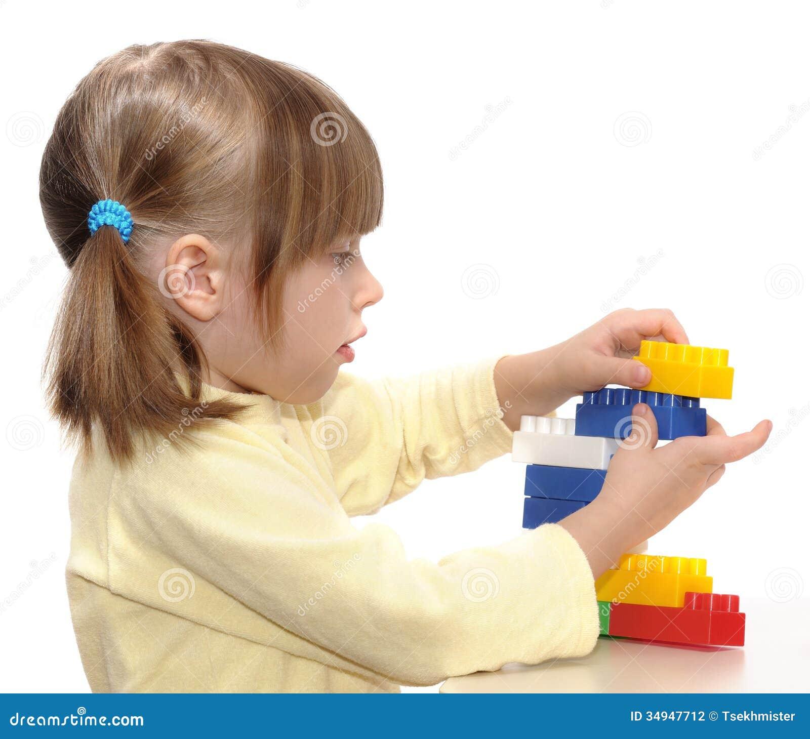 Muchacha que juega con los bloques