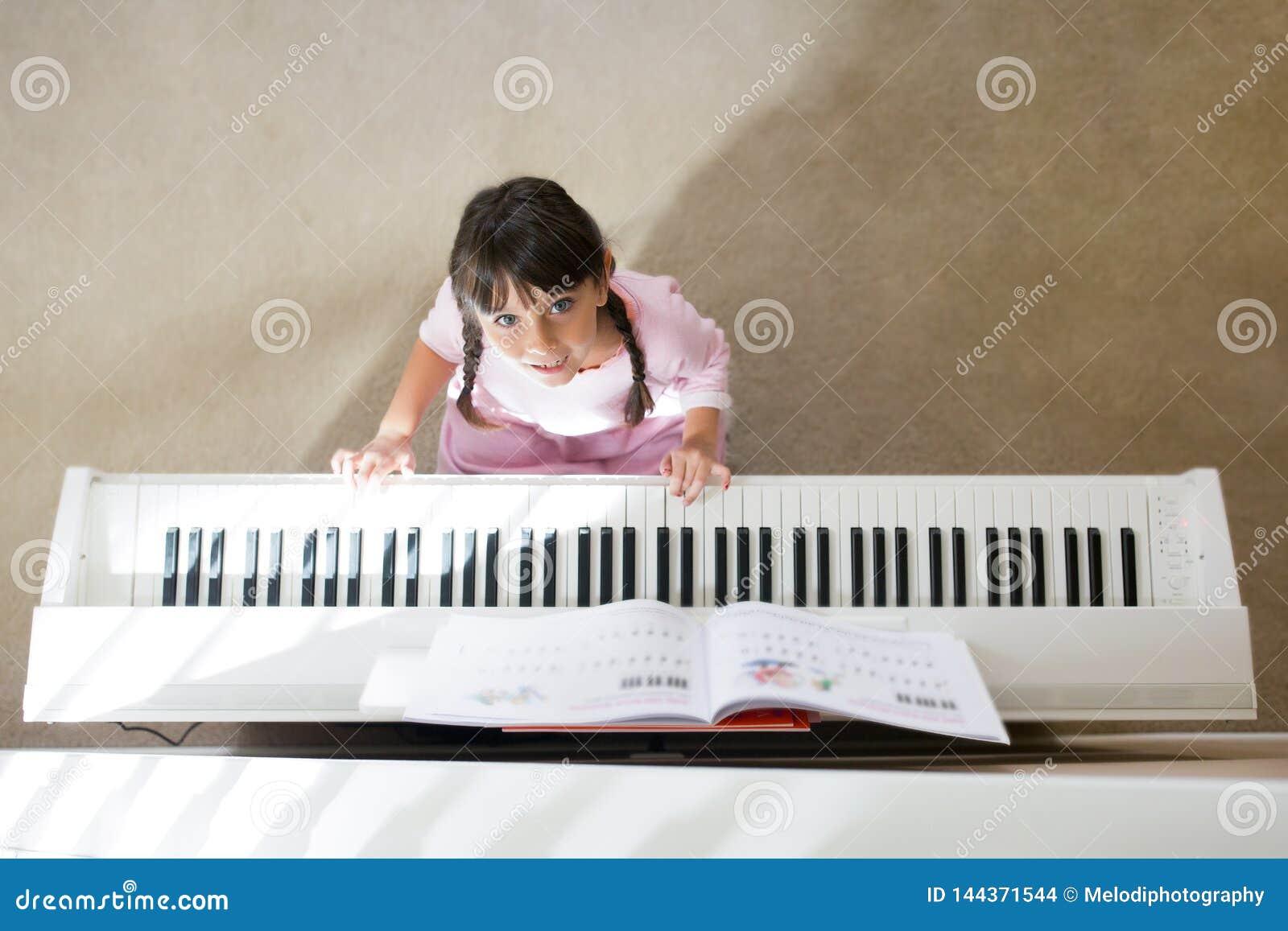 Muchacha que juega el piano
