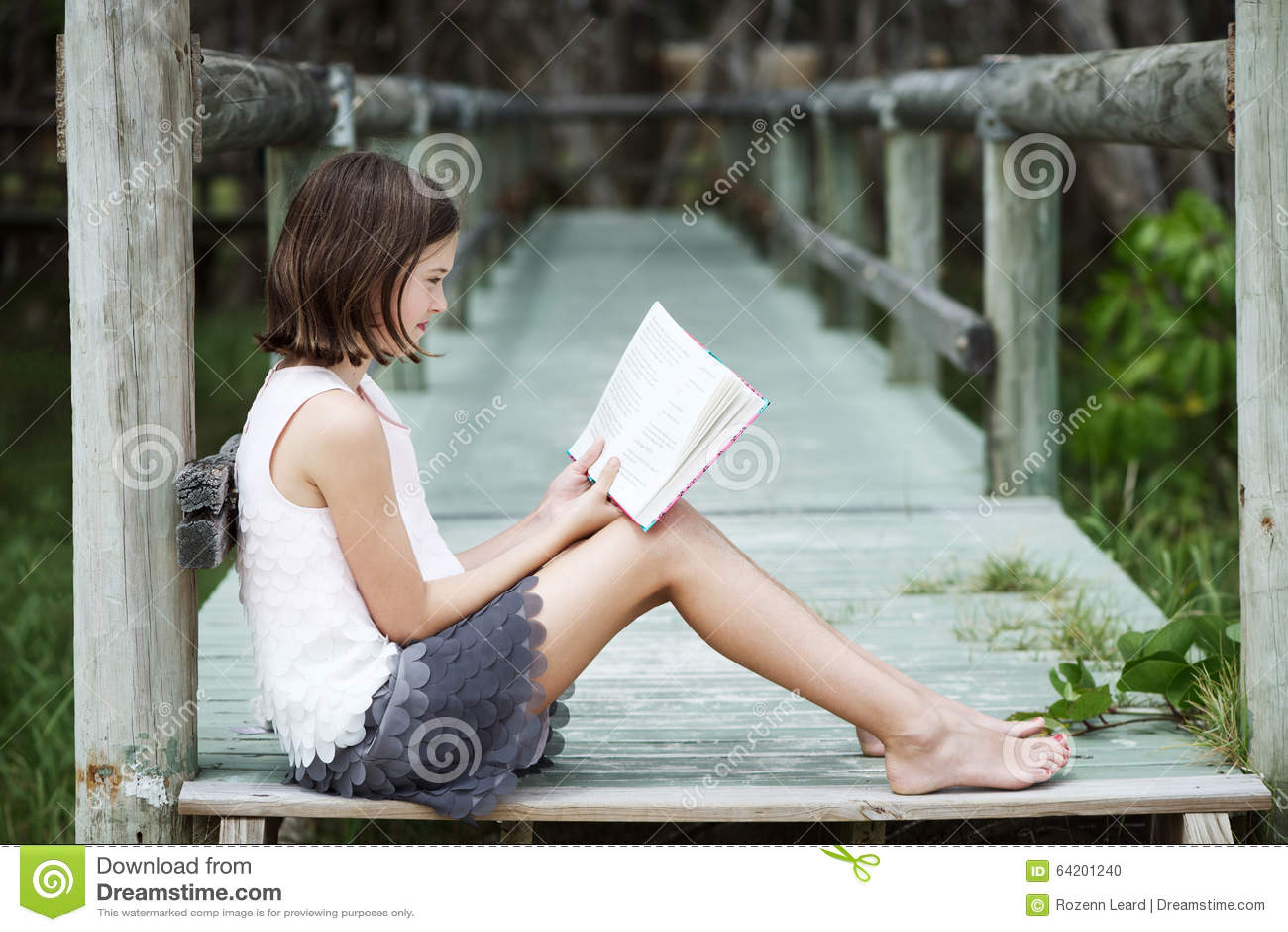 Muchacha que lee un libro