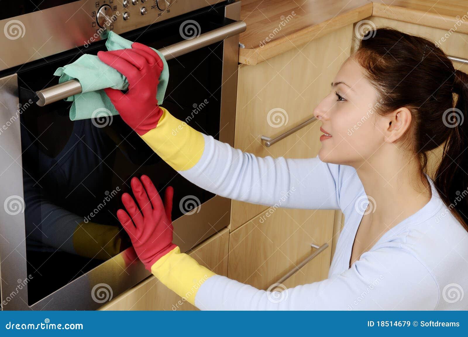 Muchacha que limpia la casa