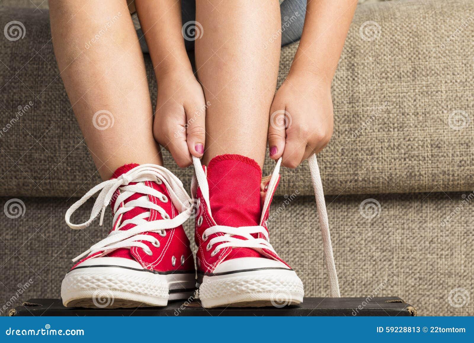 Download Muchacha Que Lleva Un Par De Zapatillas De Deporte Rojas Imagen de archivo - Imagen de calzado, mano: 59228813