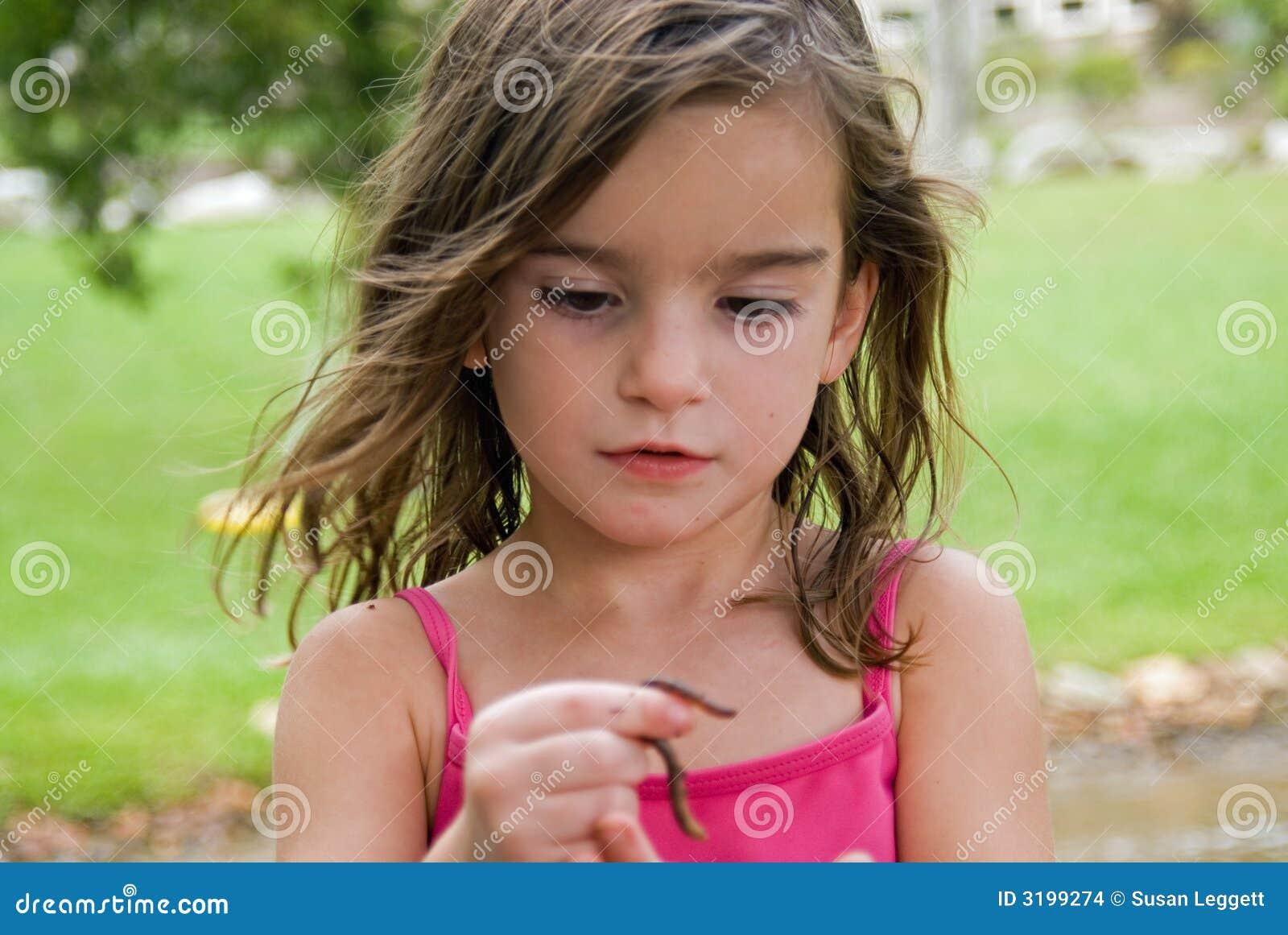Muchacha que mira un gusano