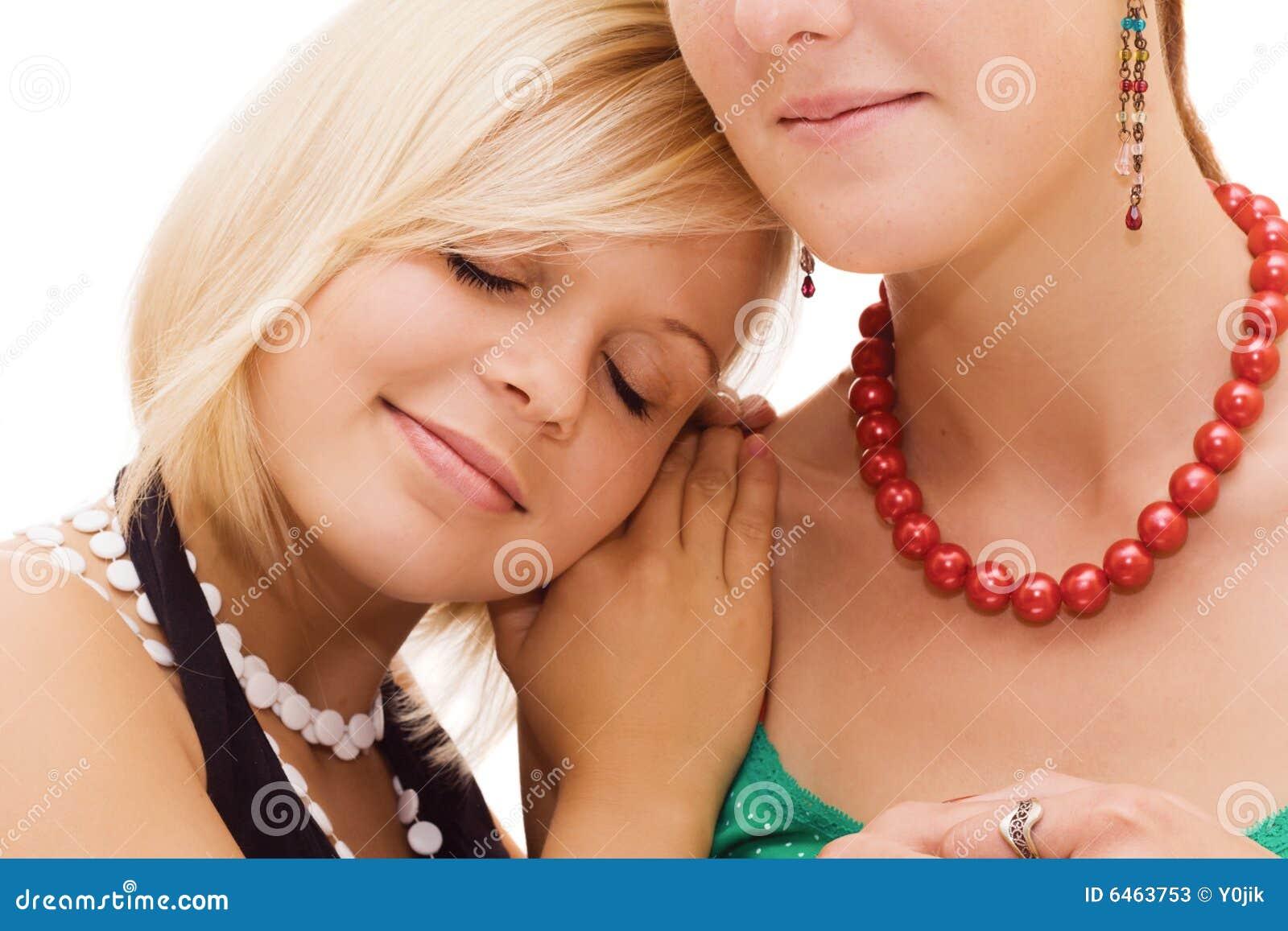 Muchacha que pone su cabeza en el hombro del amigo
