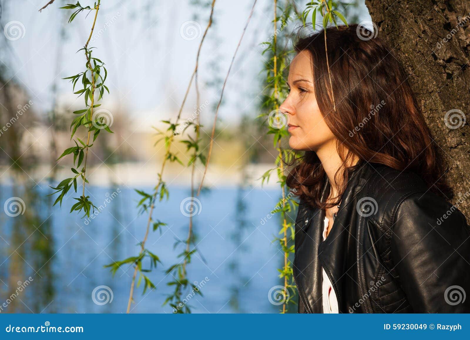 Download Muchacha Que Se Inclina Contra Un árbol, Comtemplando Imagen de archivo - Imagen de leaning, escena: 59230049