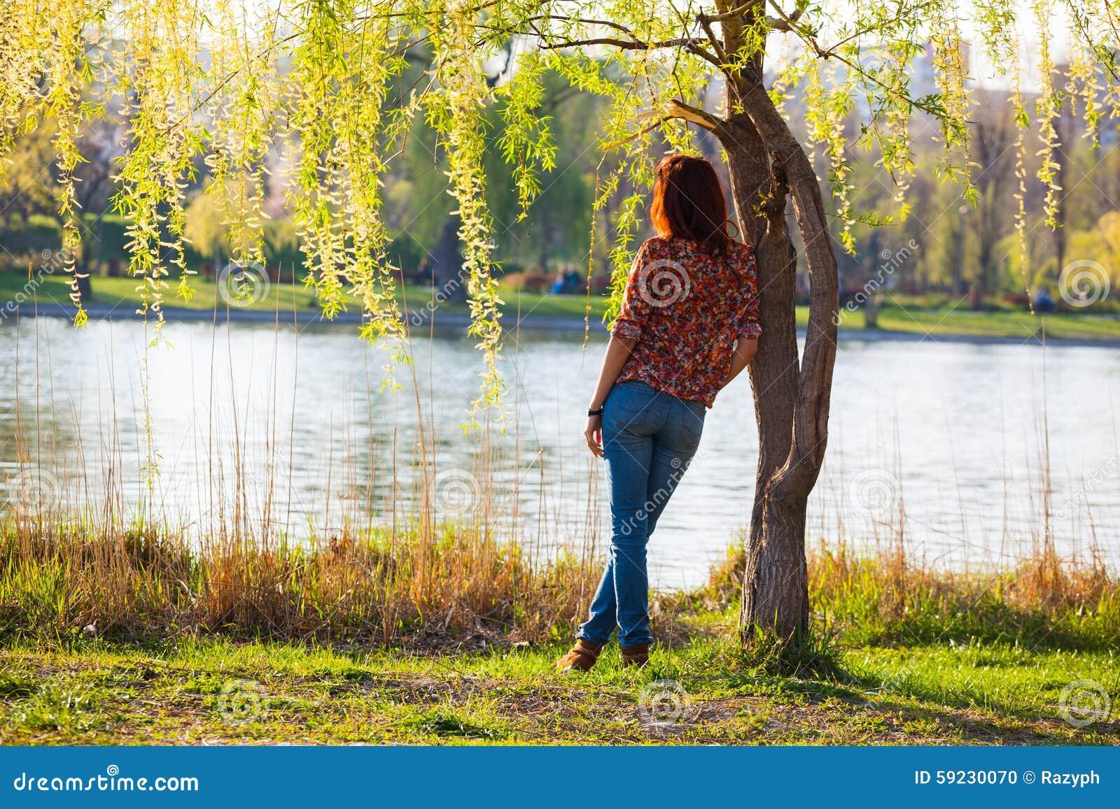 Download Muchacha Que Se Inclina Contra Un árbol, Pensativo Foto de archivo - Imagen de hoja, hierba: 59230070