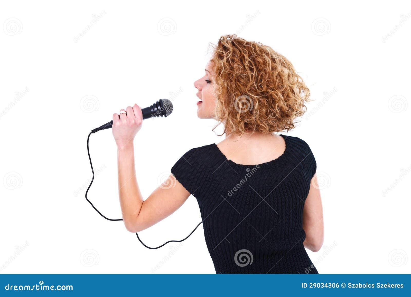 Muchacha que sostiene el micrófono