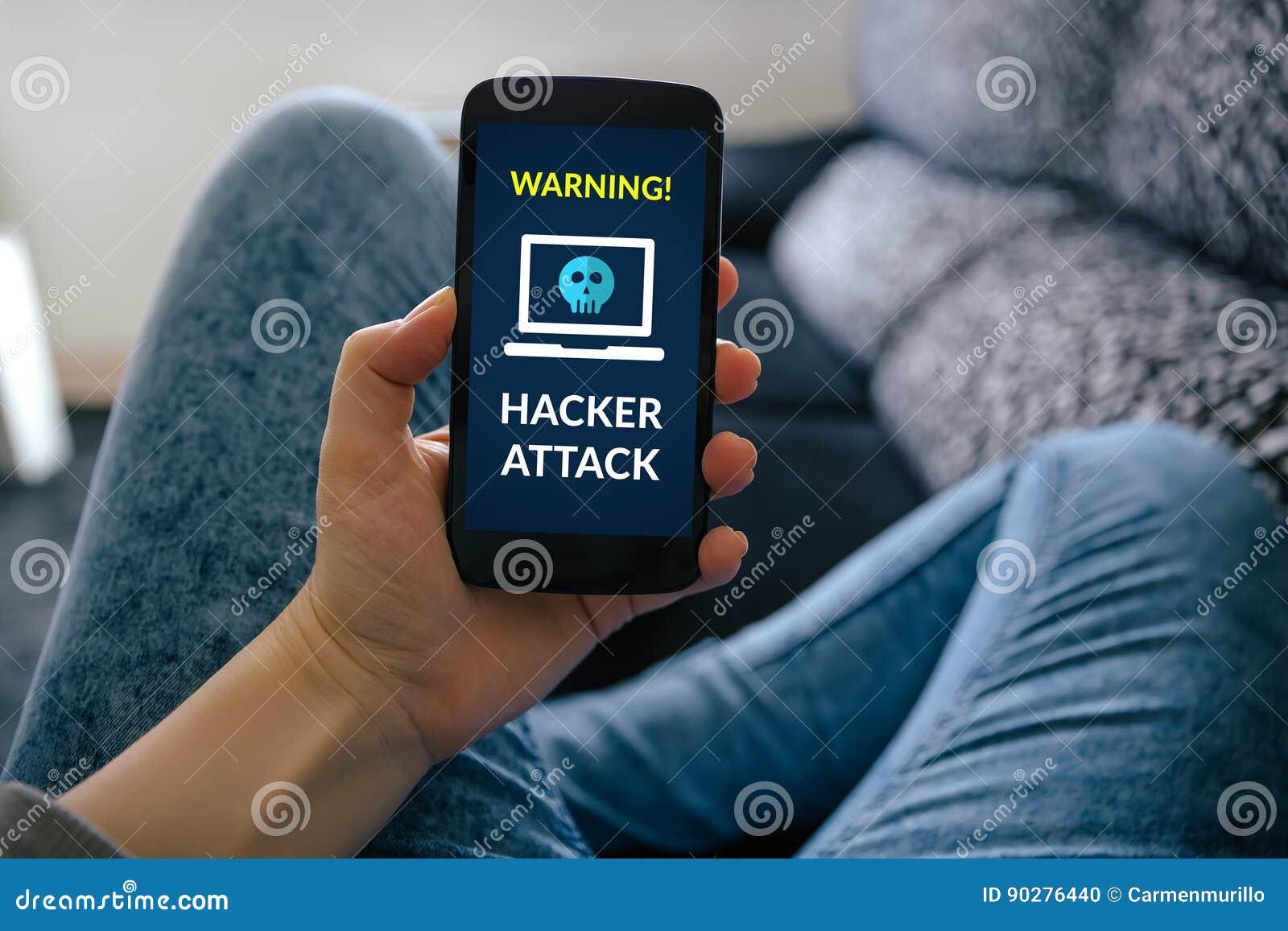 Muchacha que sostiene el teléfono elegante con concepto del ataque del pirata informático en la pantalla
