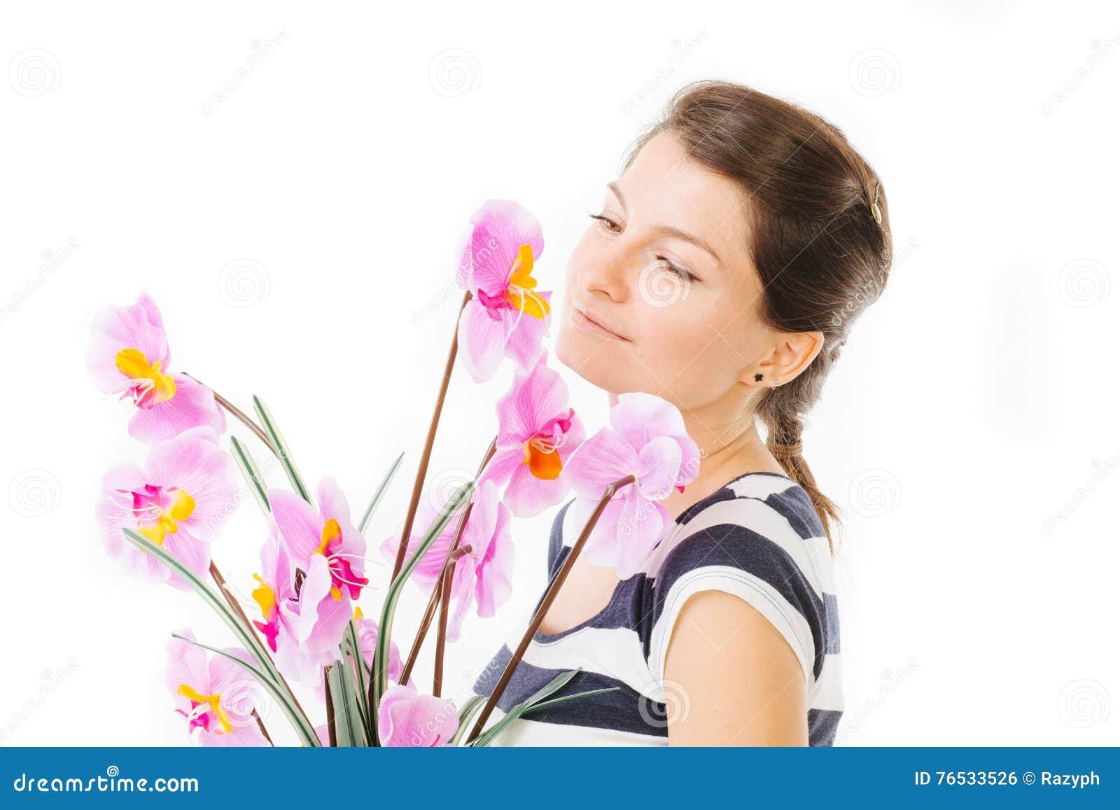 Muchacha que sostiene orquídeas