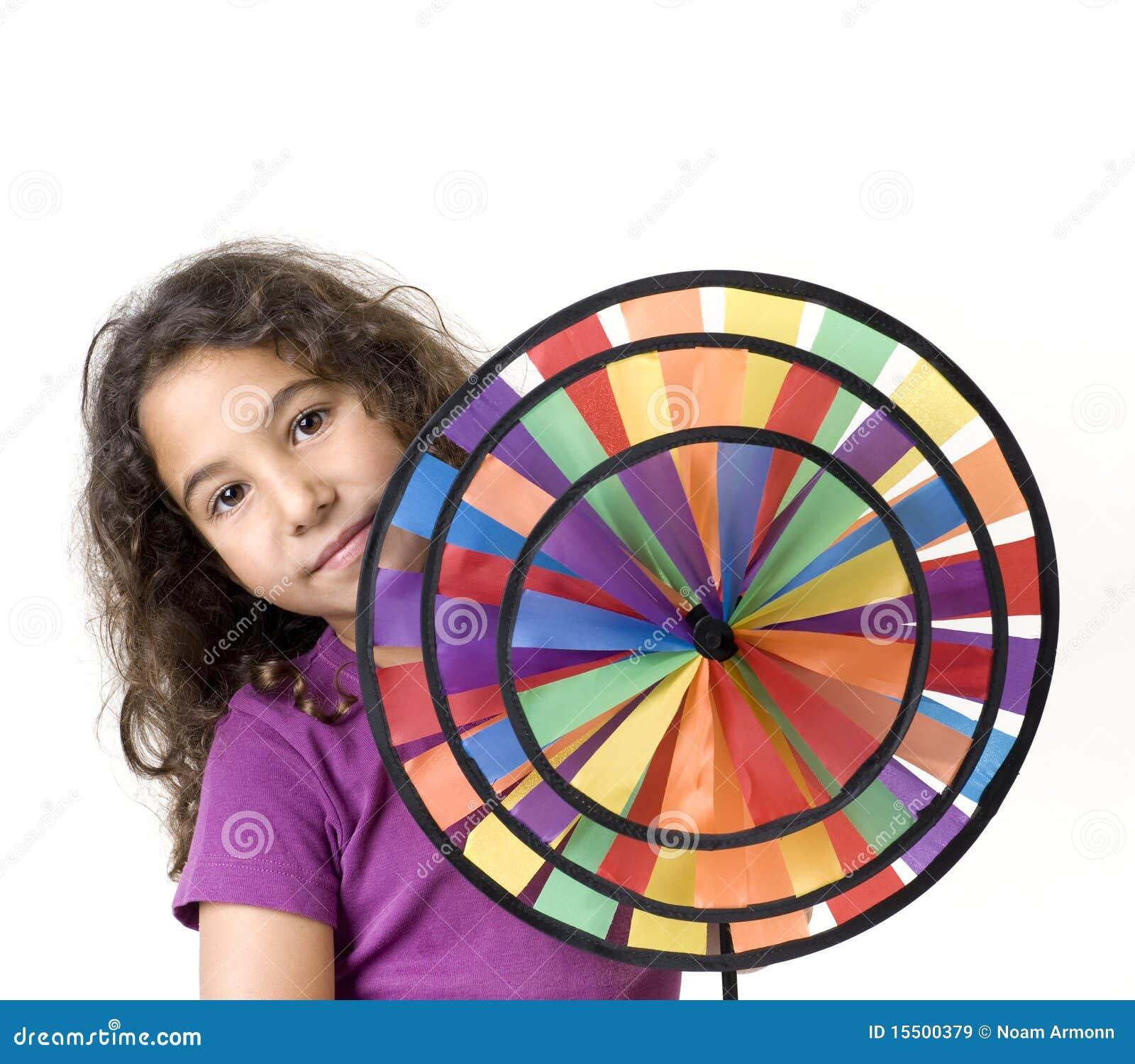 Muchacha que sostiene un pinwheel