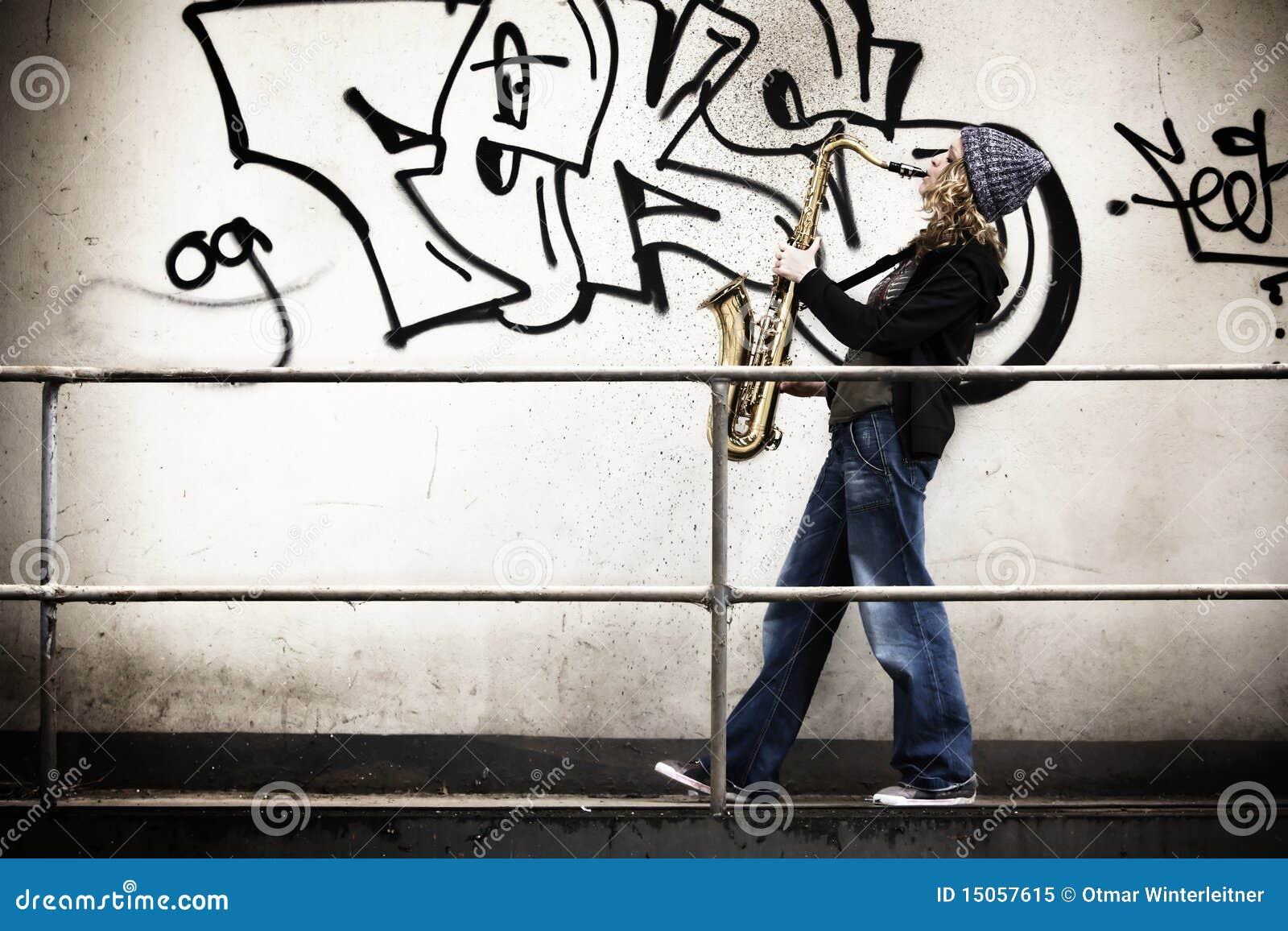 Muchacha que toca el saxofón