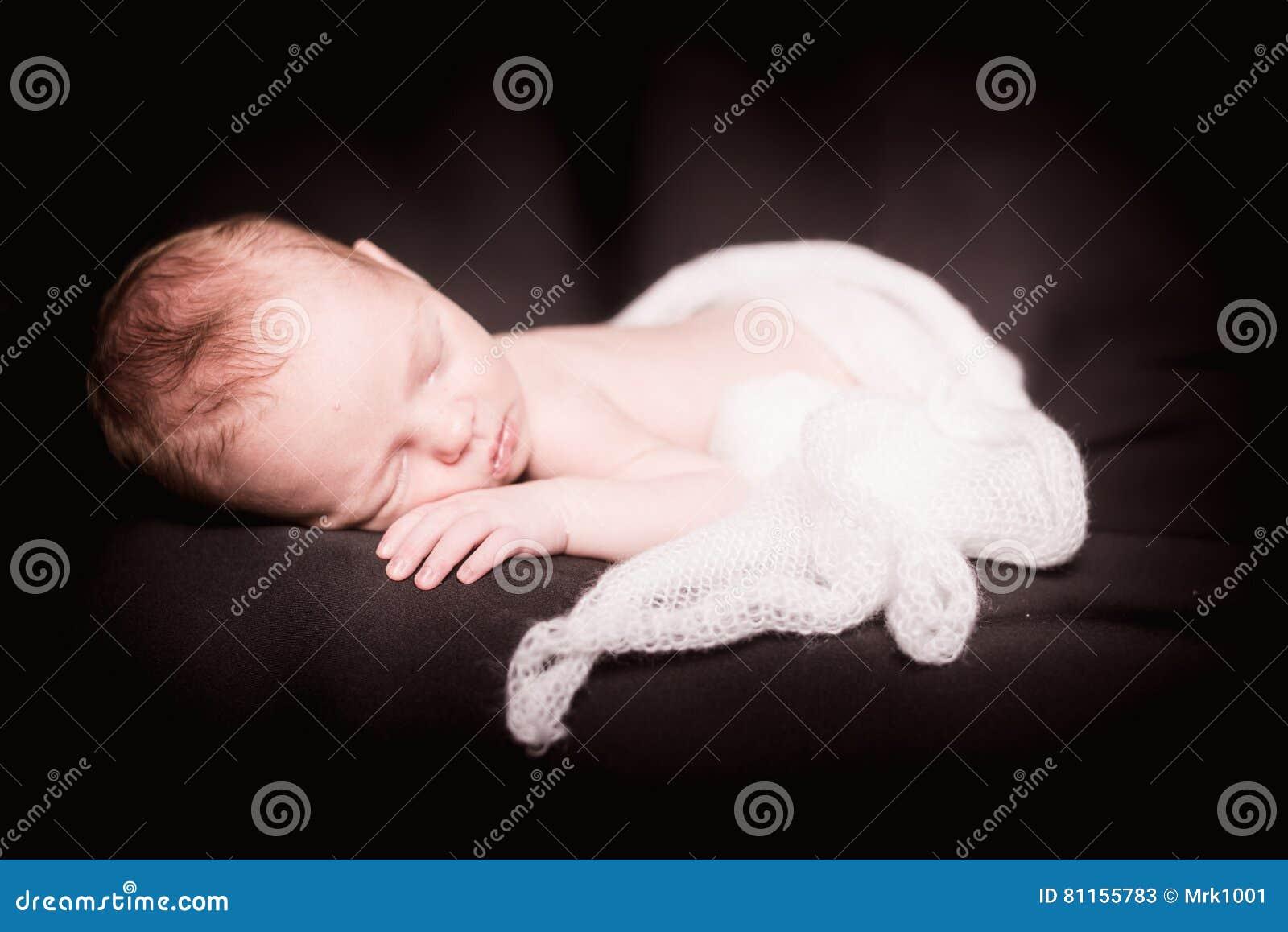 Muchacha recién nacida soñolienta