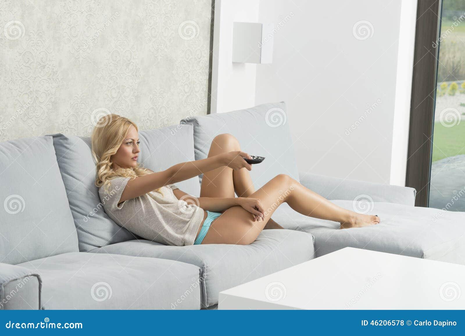 Muchacha relajada en el sofá