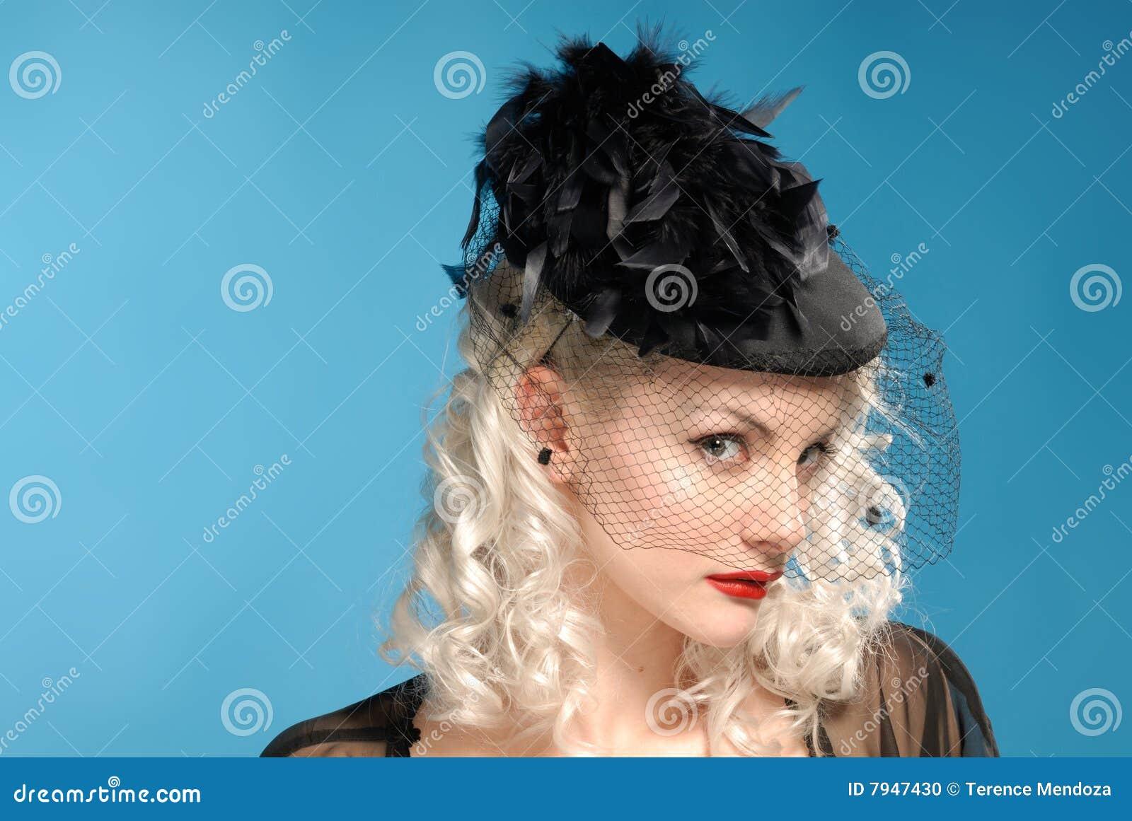 Muchacha retra magnífica en sombrero de los años  40 con las plumas