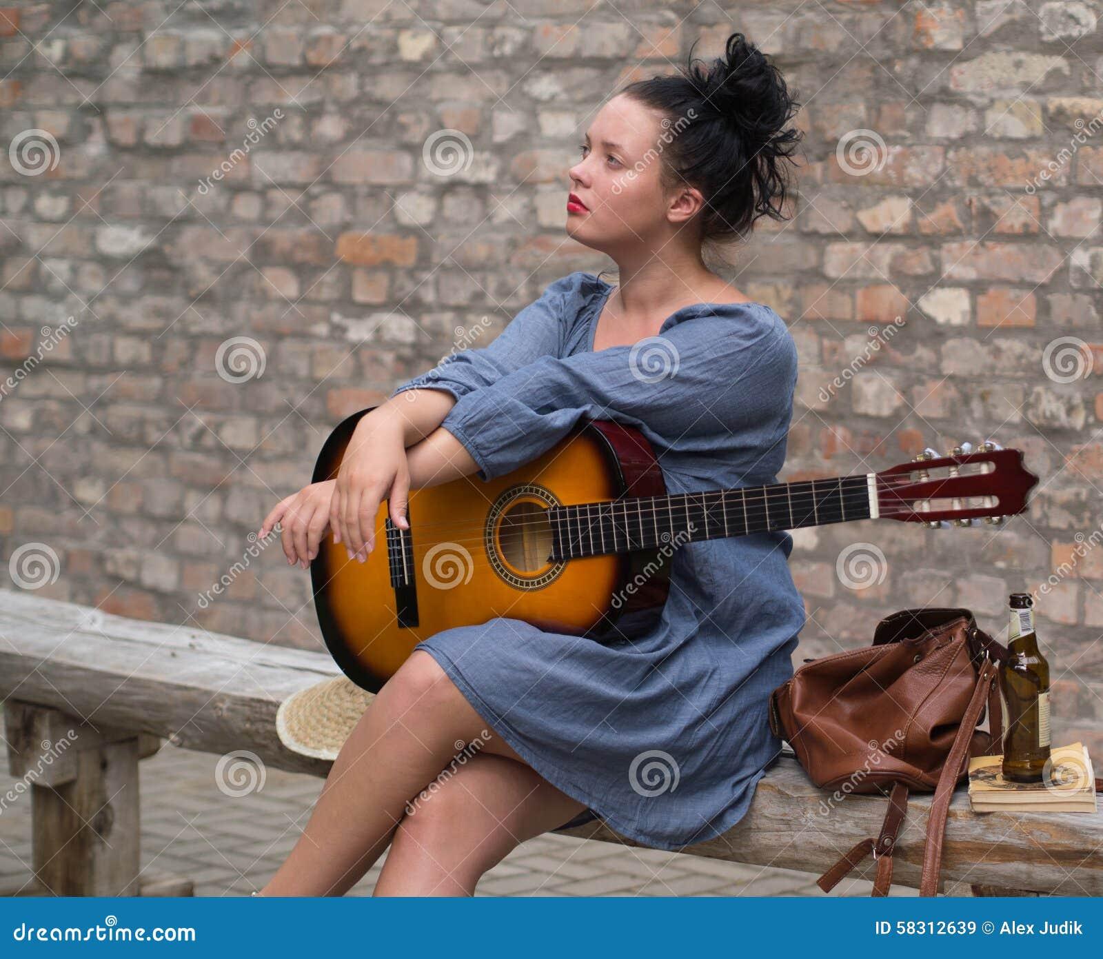 Muchacha romántica con la guitarra