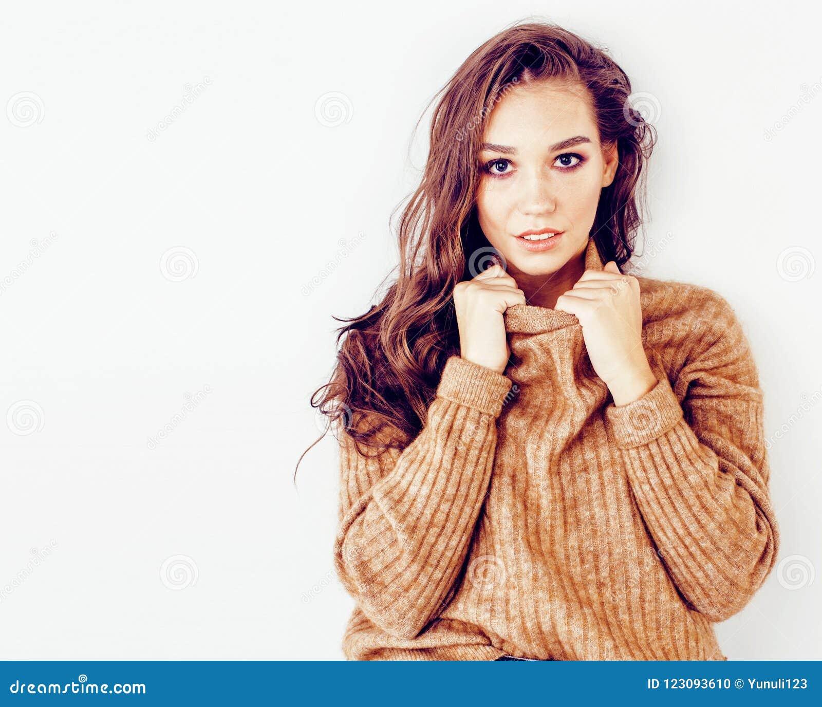 Muchacha rubia bastante elegante del inconformista de los jóvenes que presenta el aislante emocional