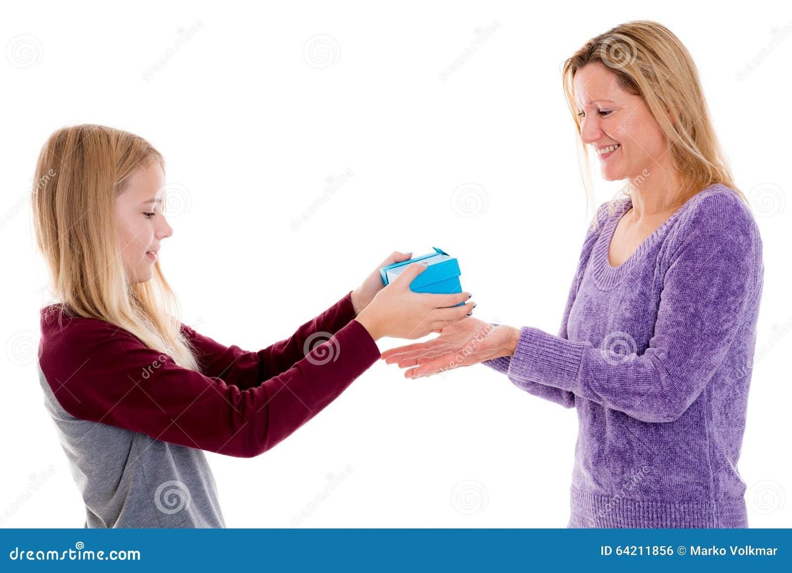 Muchacha rubia con la caja de regalo para su madre