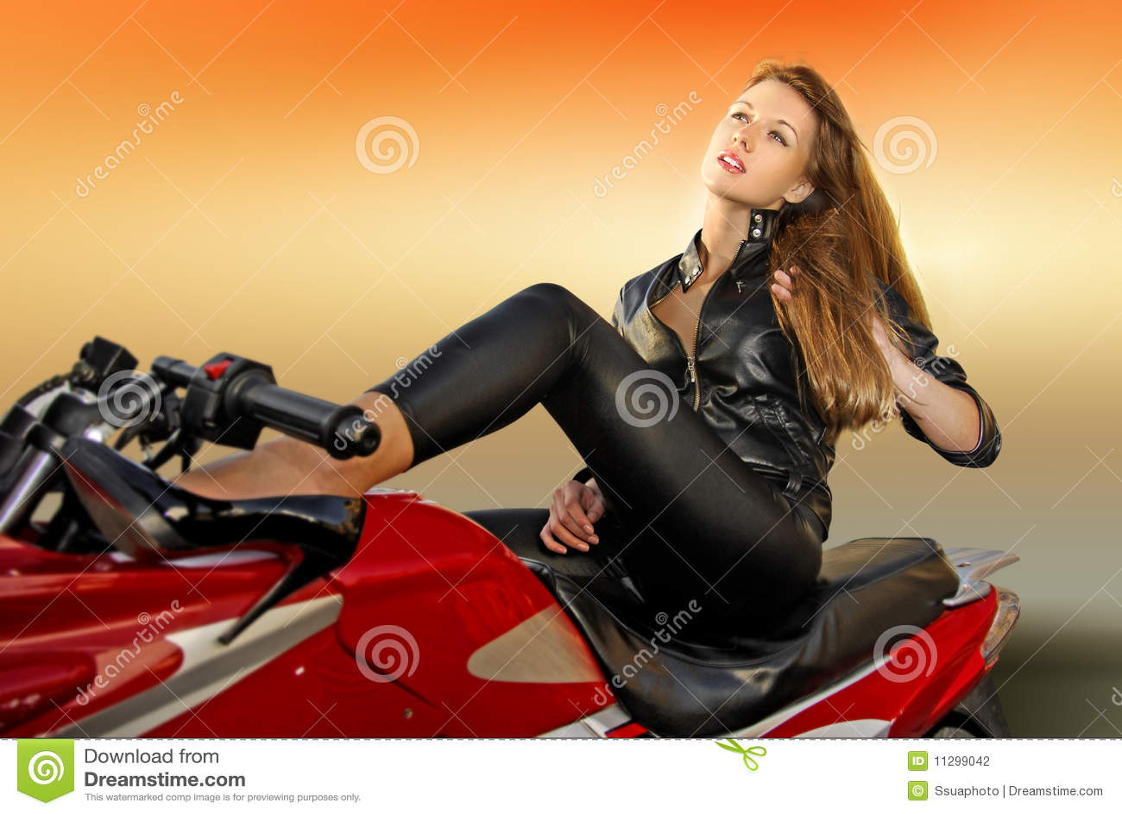 Muchacha rubia en una motocicleta