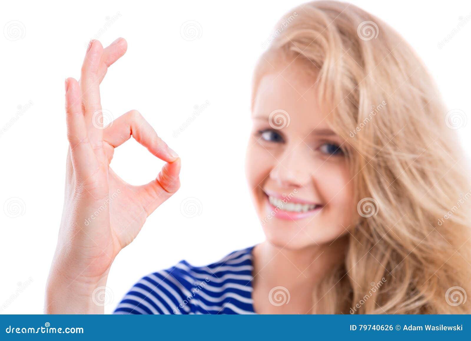 Muchacha rubia feliz que muestra MUY BIEN