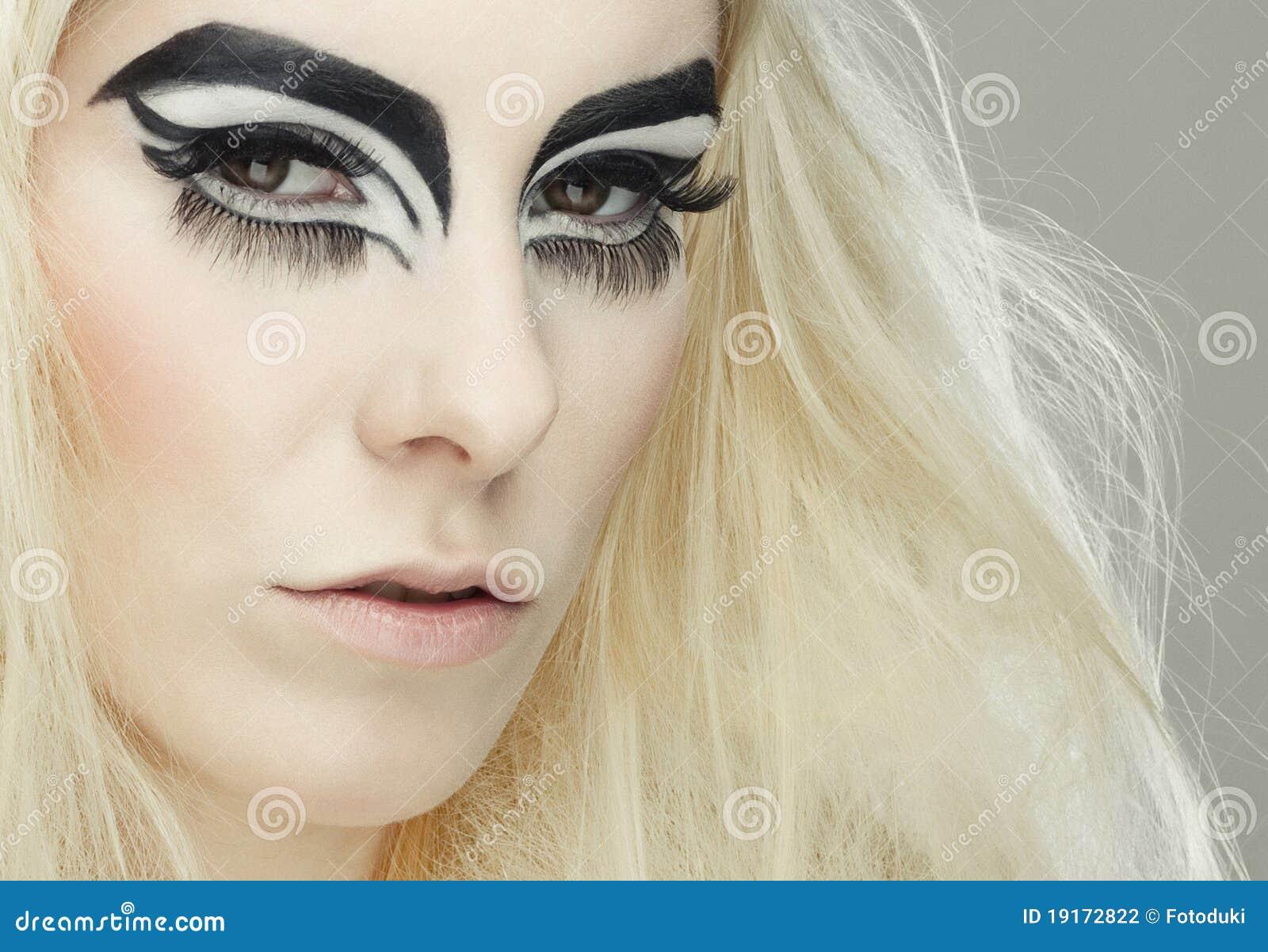 Muchacha Rubia Hermosa Con Maquillaje De Los Ojos De Gato Foto de