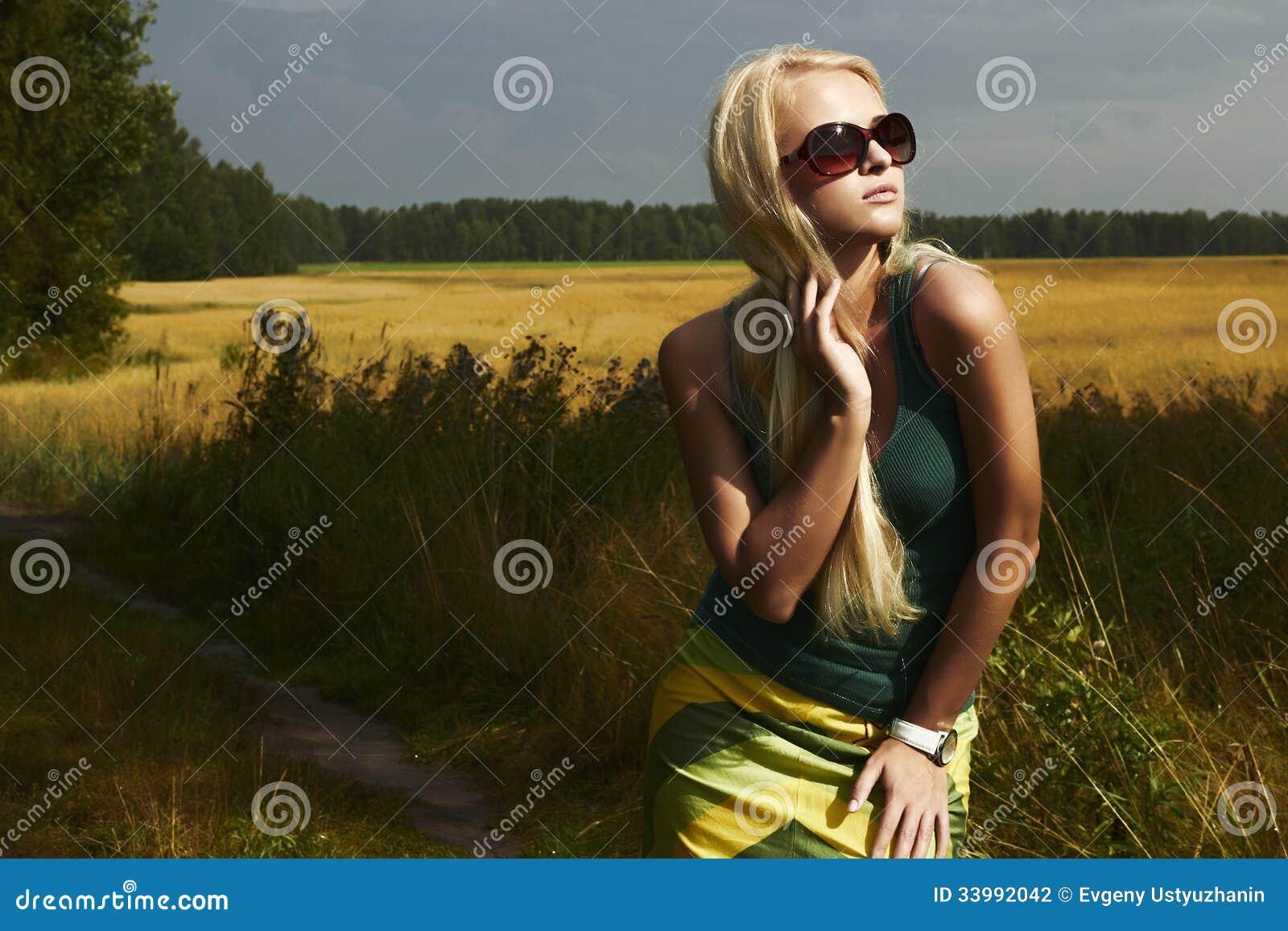 Muchacha rubia hermosa en el field.beauty woman.sunglasses