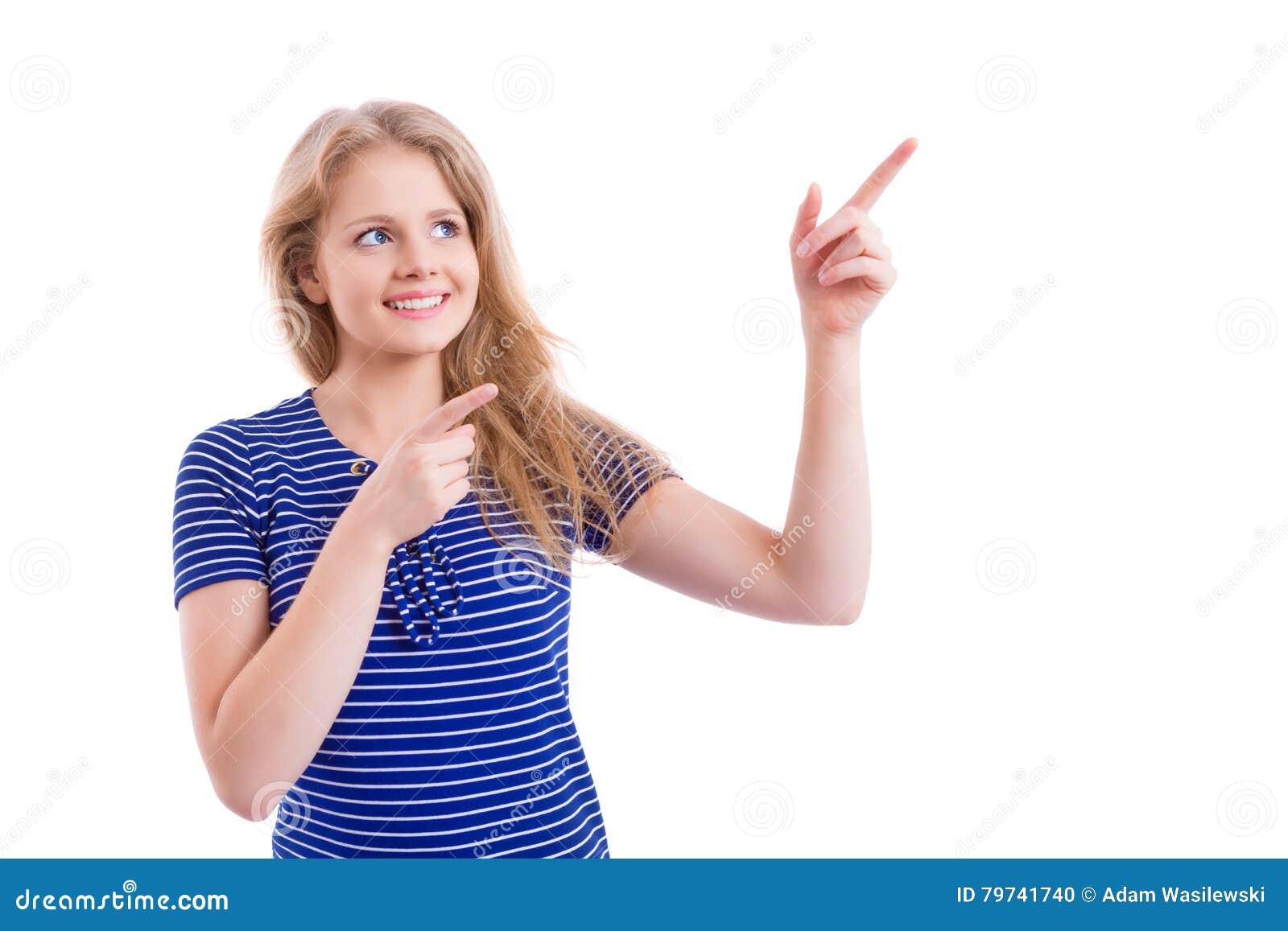 Muchacha rubia hermosa que destaca sus fingeres