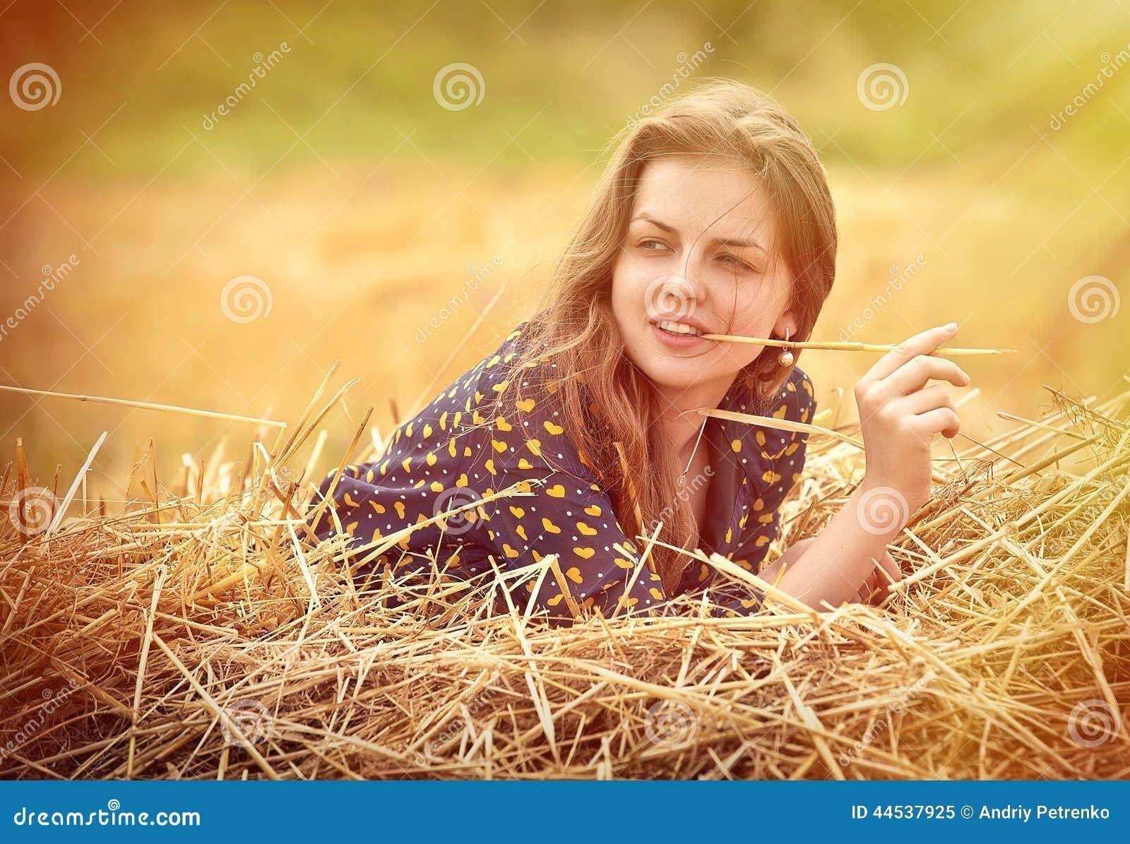 Muchacha rural en campo