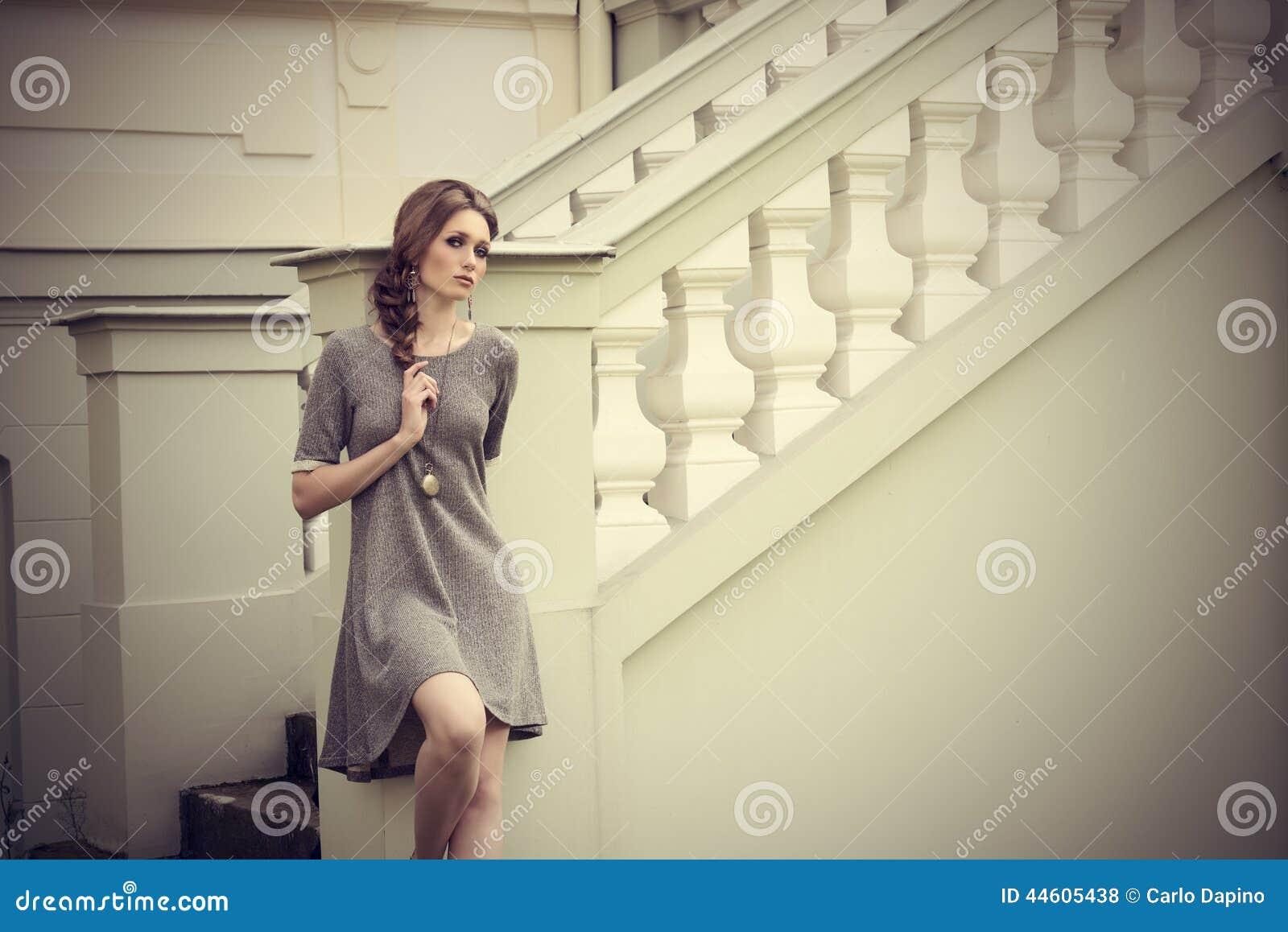 Muchacha sensual con estilo elegante de la moda