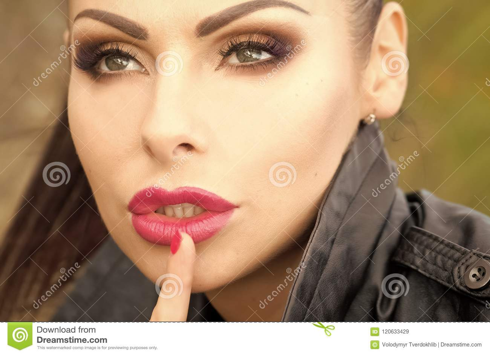 8a938d173714a Muchacha Sensual Mujer Con Gesto Del Silencio Imagen de archivo ...