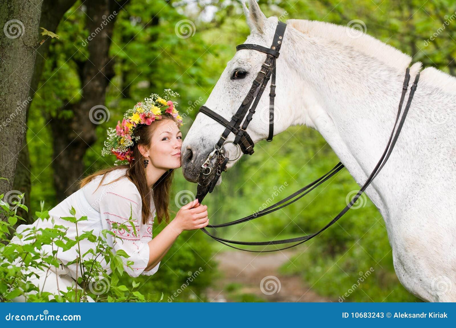 Muchacha sonriente con el caballo