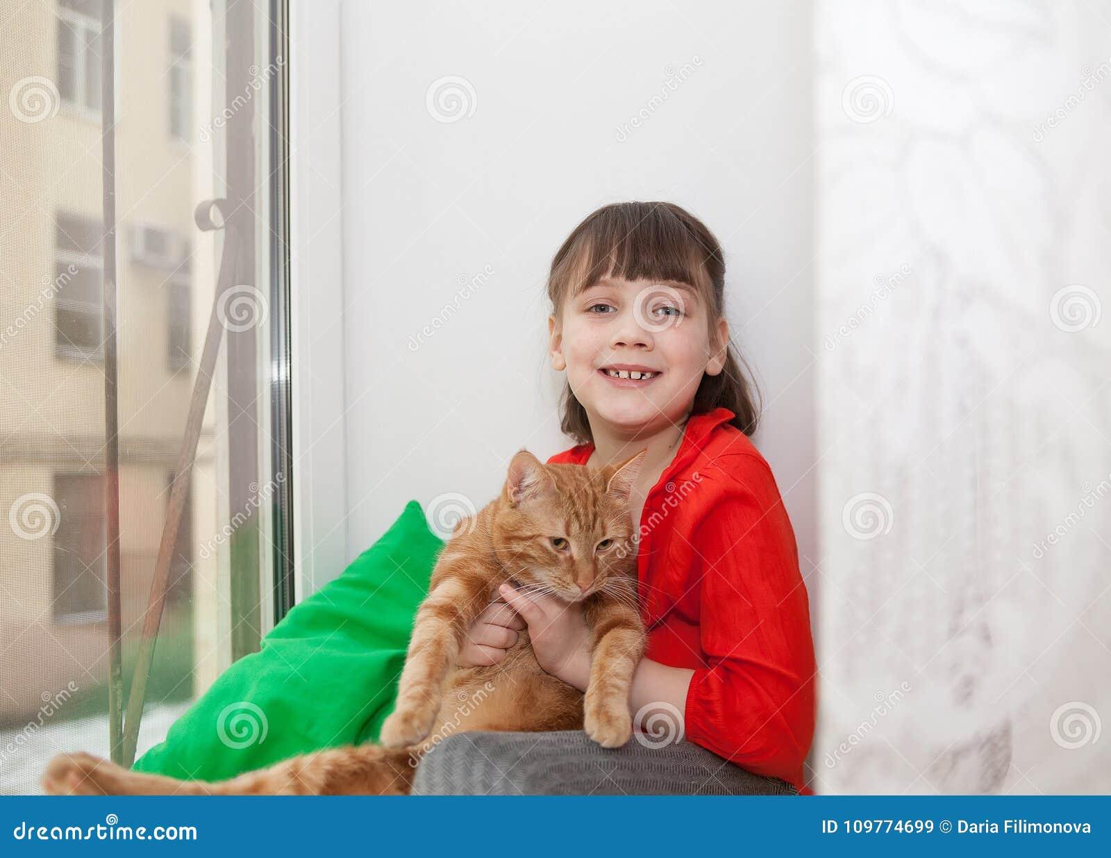 Muchacha sonriente con el gato