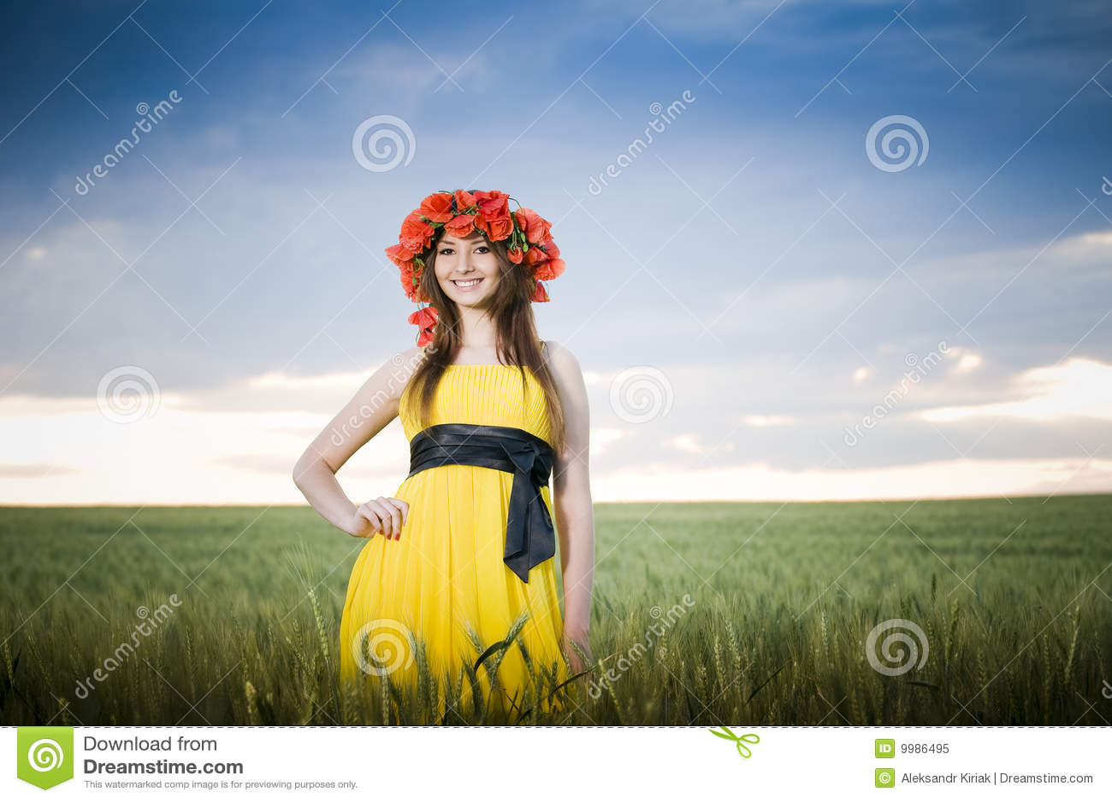 Muchacha sonriente en el campo de trigo