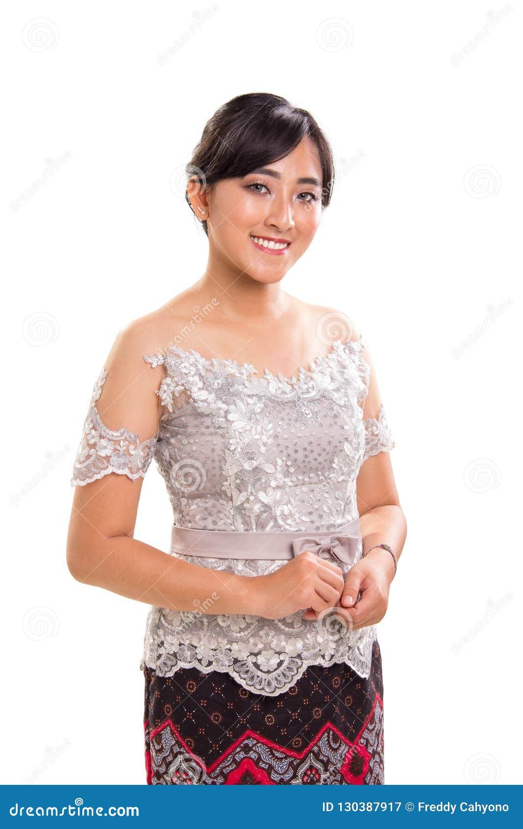 Muchacha sonriente hermosa de Asia sudoriental que lleva los equipos de moda modernos de Kebaya