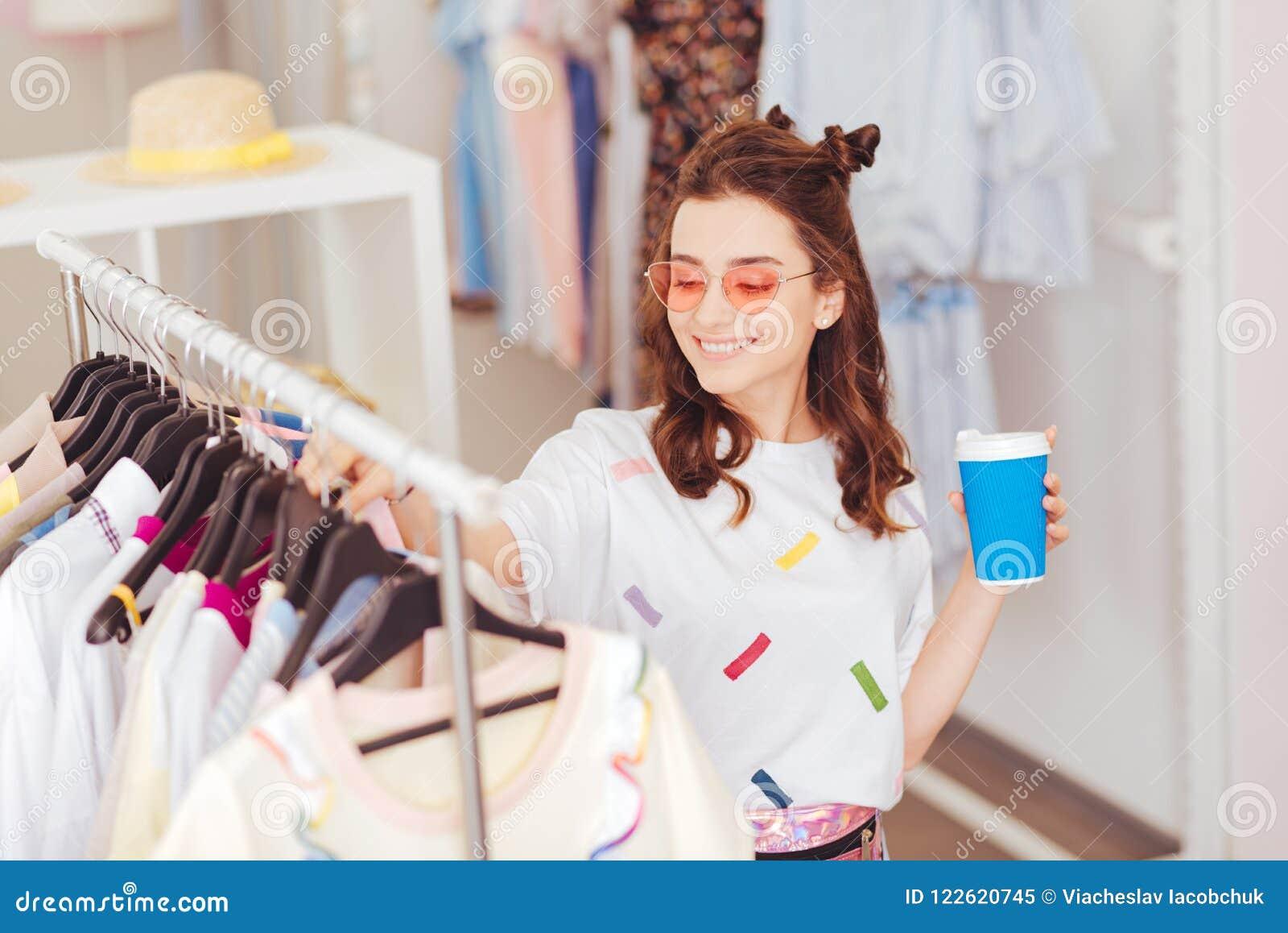 Muchacha sonriente que pasa su tiempo libre en alameda de compras
