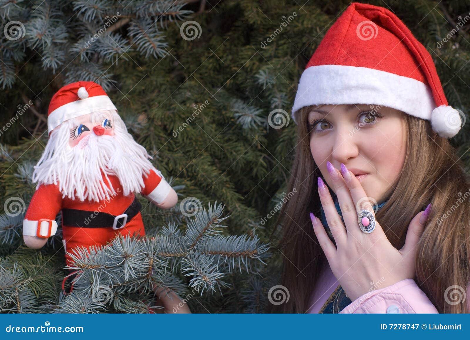 Muchacha sorprendida con la muñeca de Santa