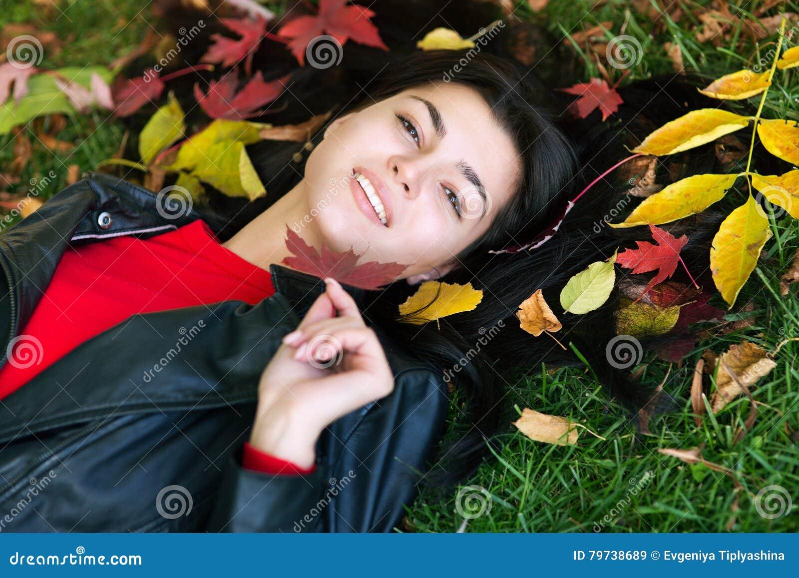 Muchacha triguena y hojas de oro