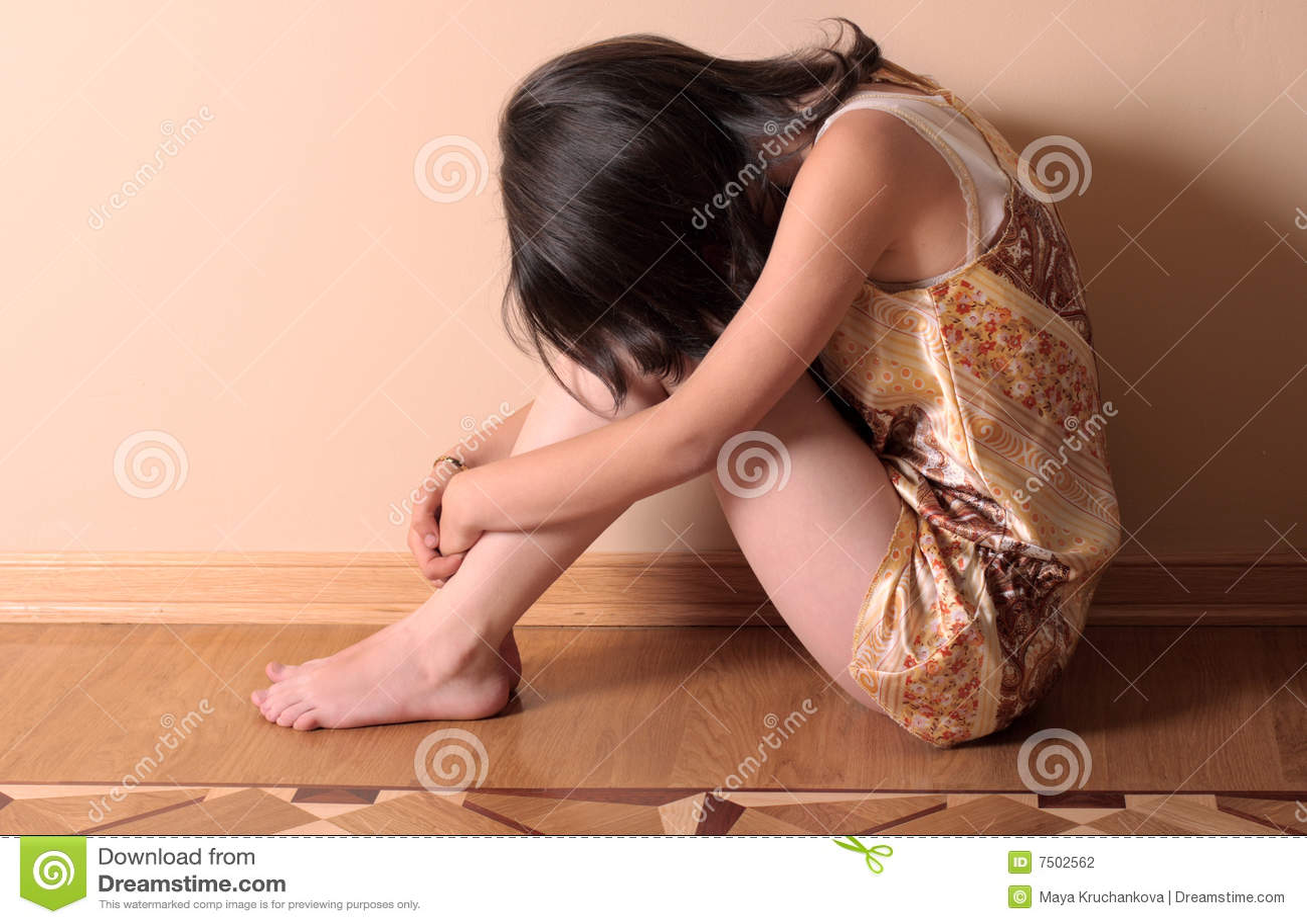 Muchacha triste en suelo