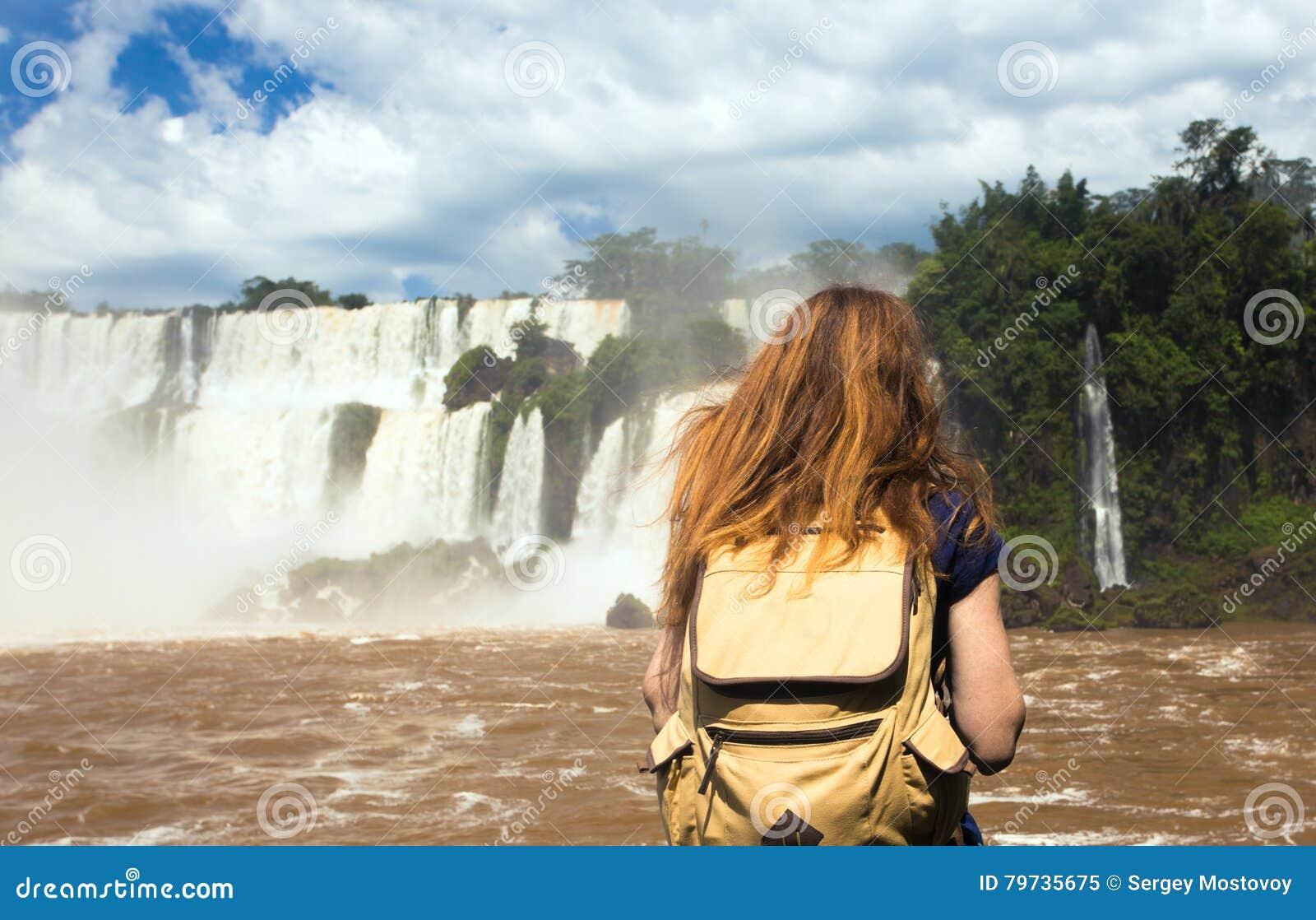 Muchacha turística mirando las caídas de Iguassu